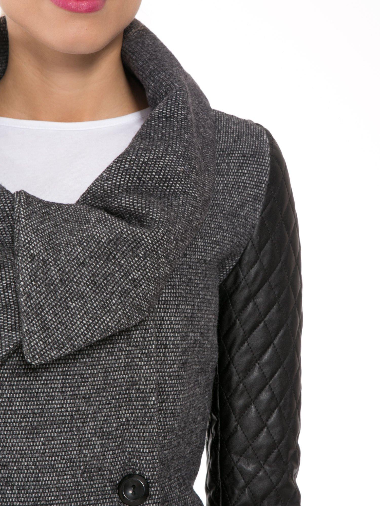 Ciemnoszary płaszcz ze skórzanymi pikowanymi rękawami                                  zdj.                                  6