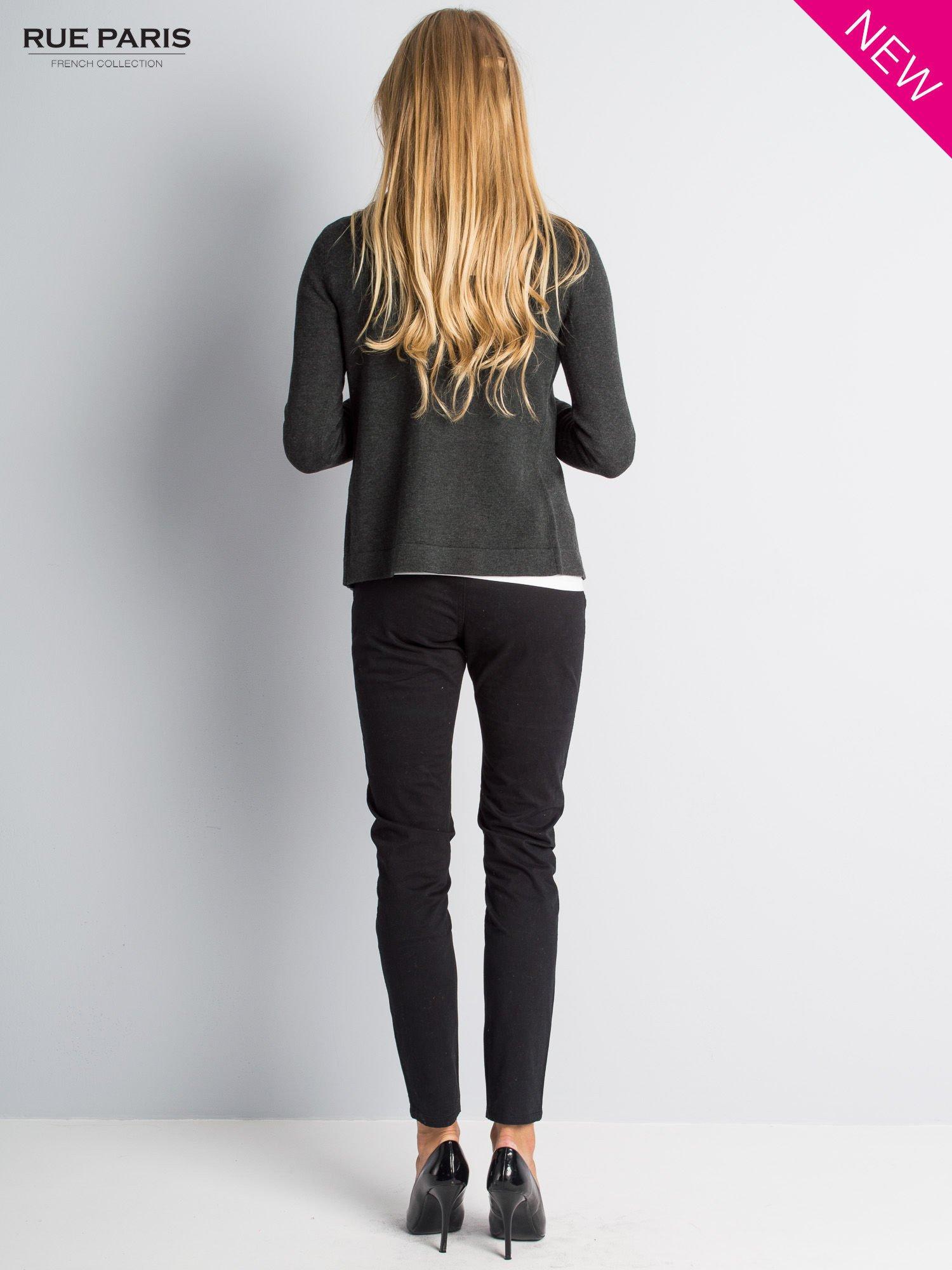 Ciemnoszary sweter narzutka z kaskadowymi bokami                                  zdj.                                  6