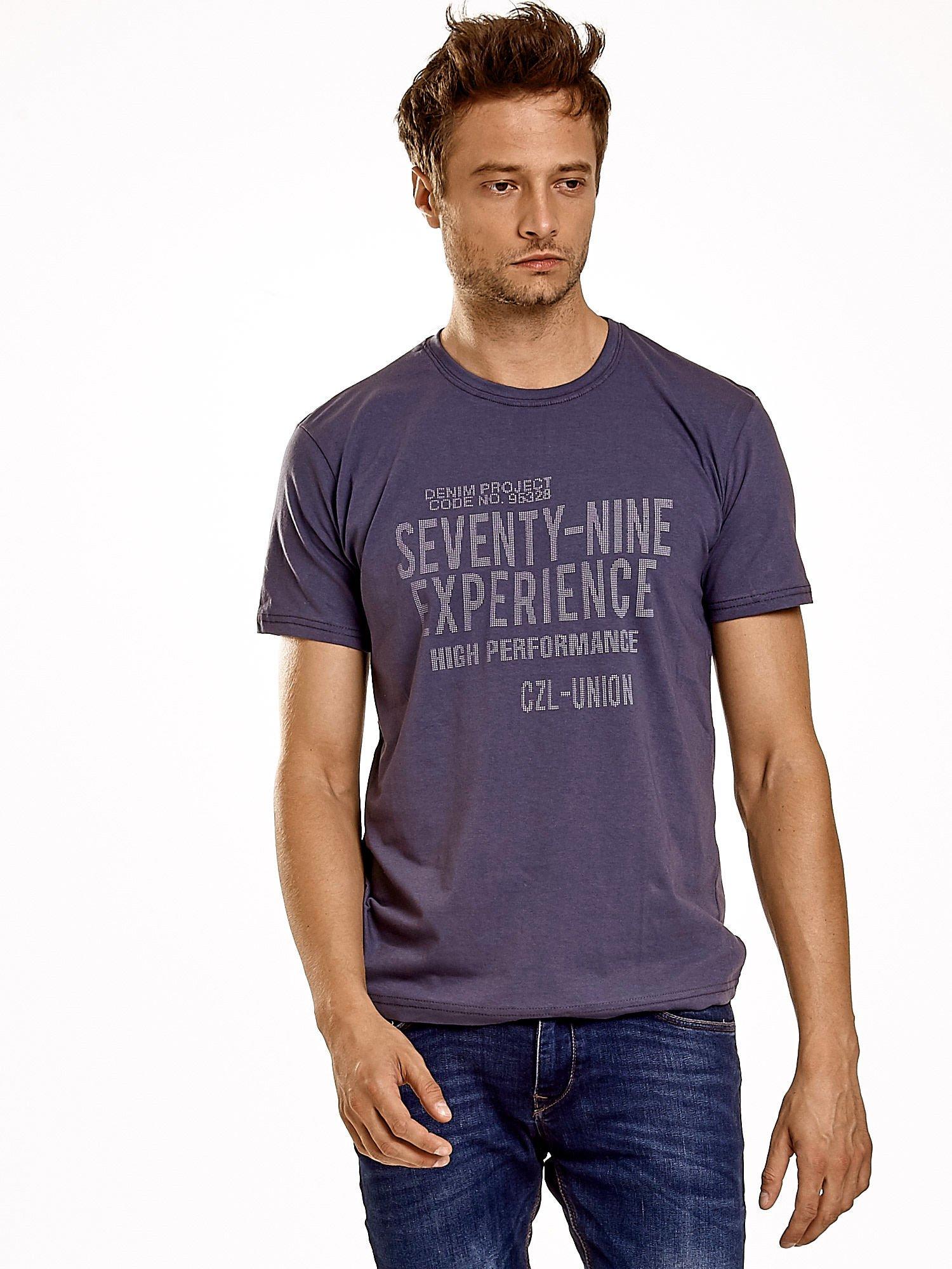 Ciemnoszary t-shirt męski z nadrukiem napisów                                  zdj.                                  2