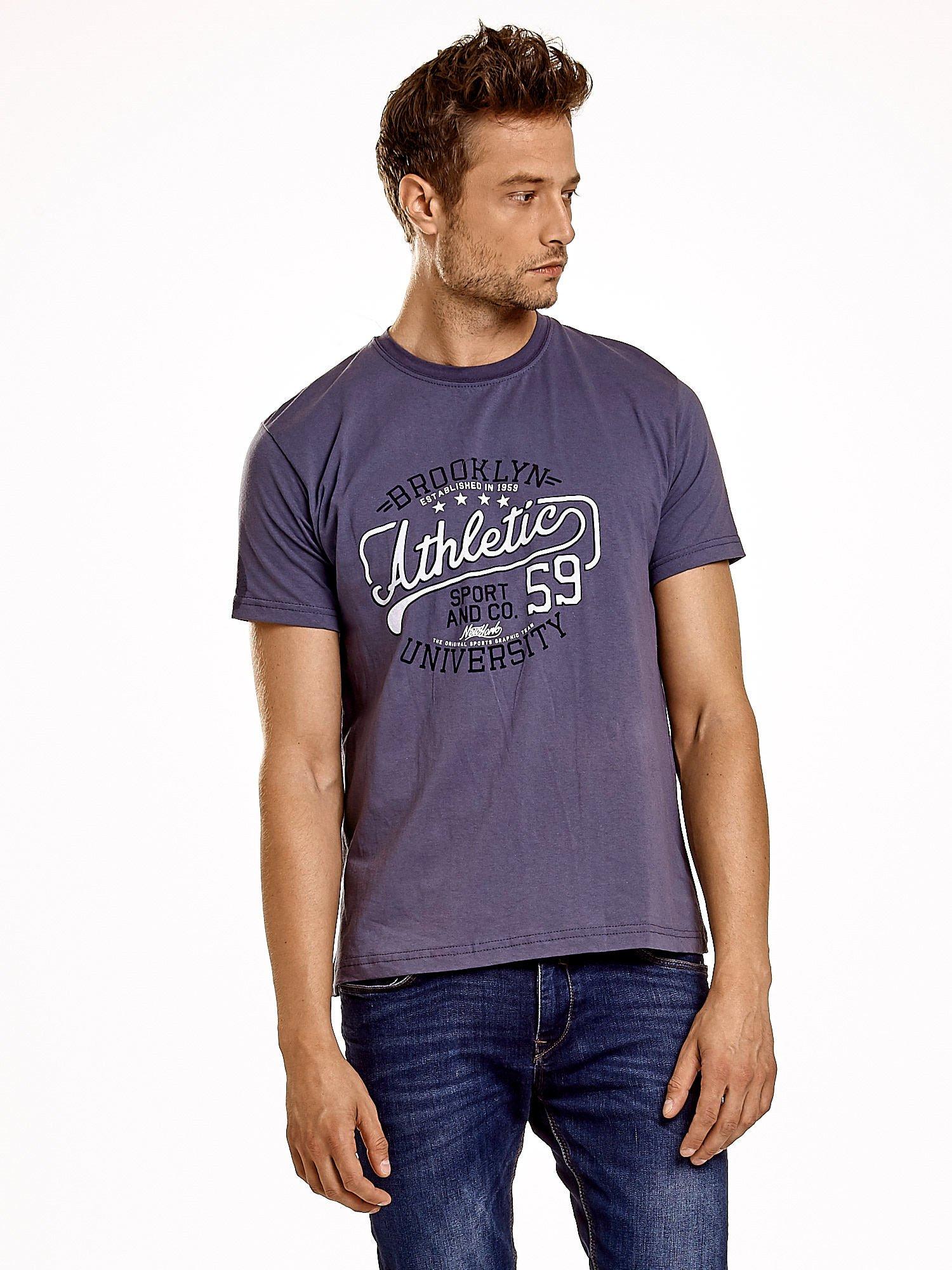 Ciemnoszary t-shirt męski z napisem BROOKLYN ATHLETIC UNIVERSITY                                  zdj.                                  2