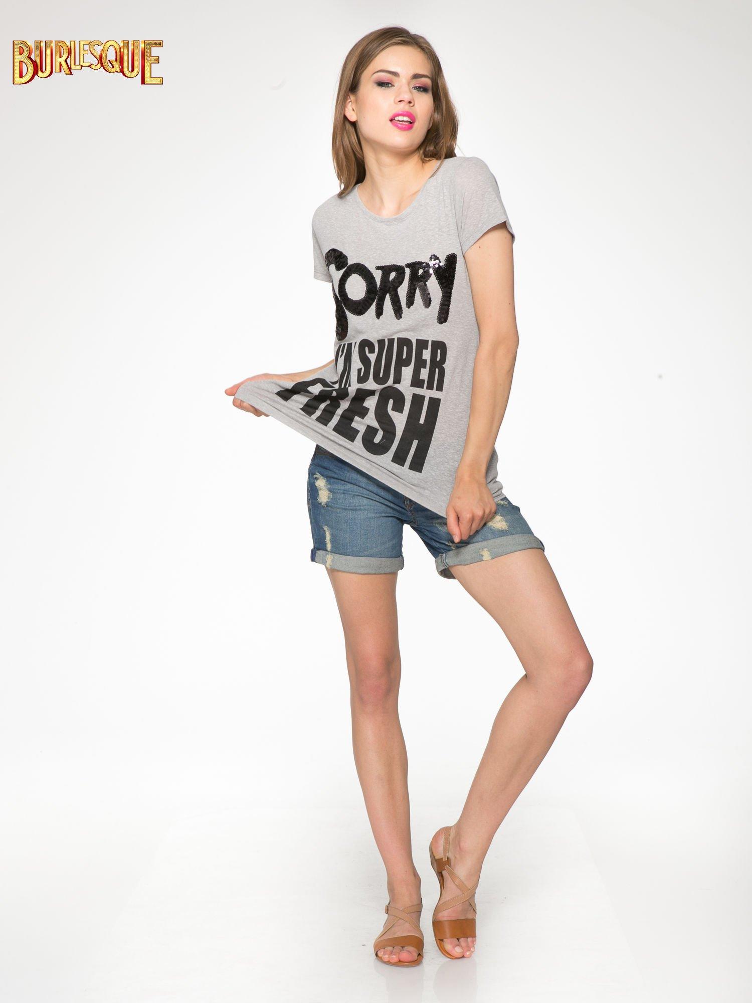 Ciemnoszary t-shirt z napisem SORRY I'M SUPER FRESH z dżetami                                  zdj.                                  2