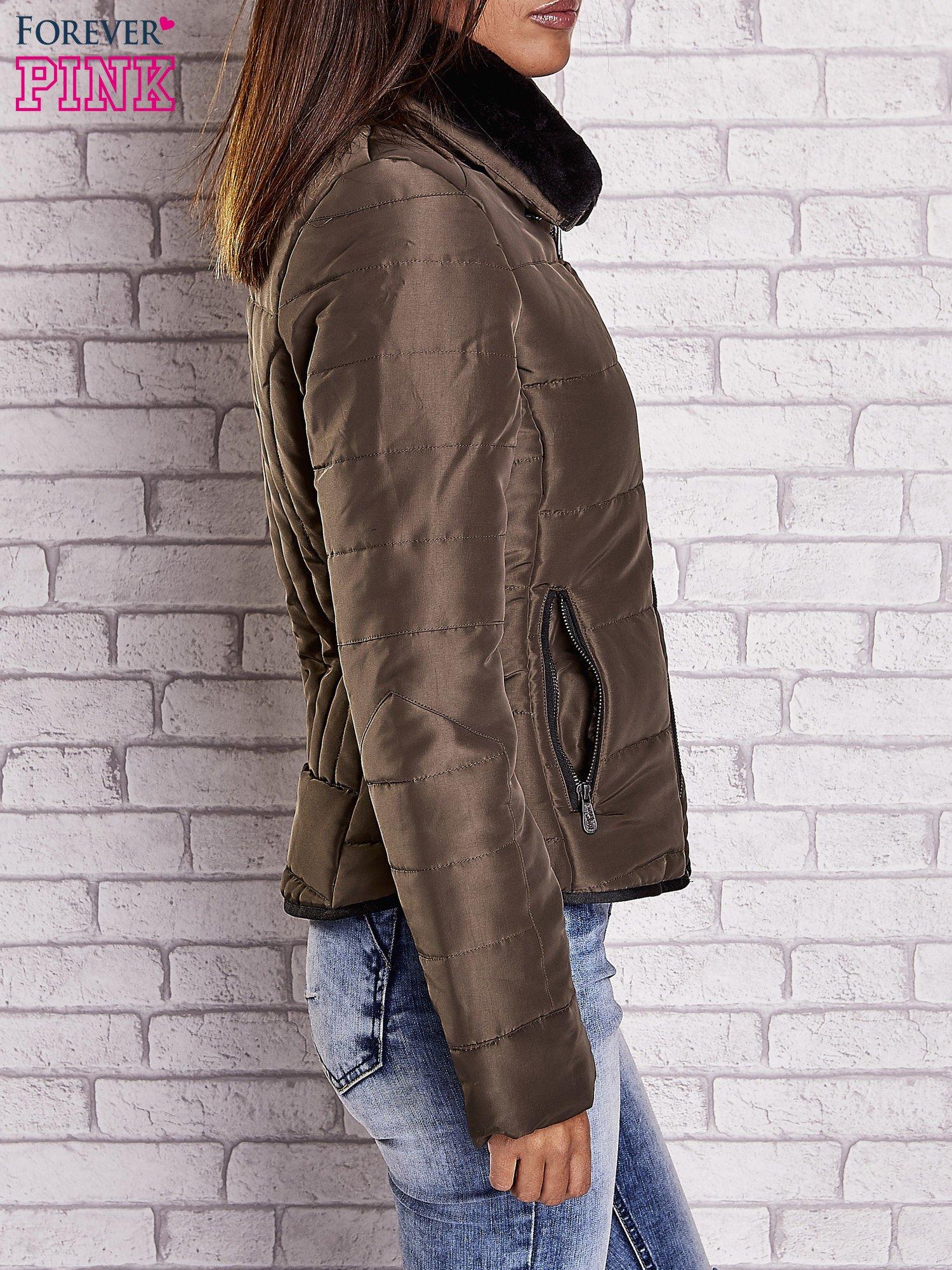 Ciemnozielona kurtka z futrzanym kołnierzem i kontrastową lamówką                                  zdj.                                  3