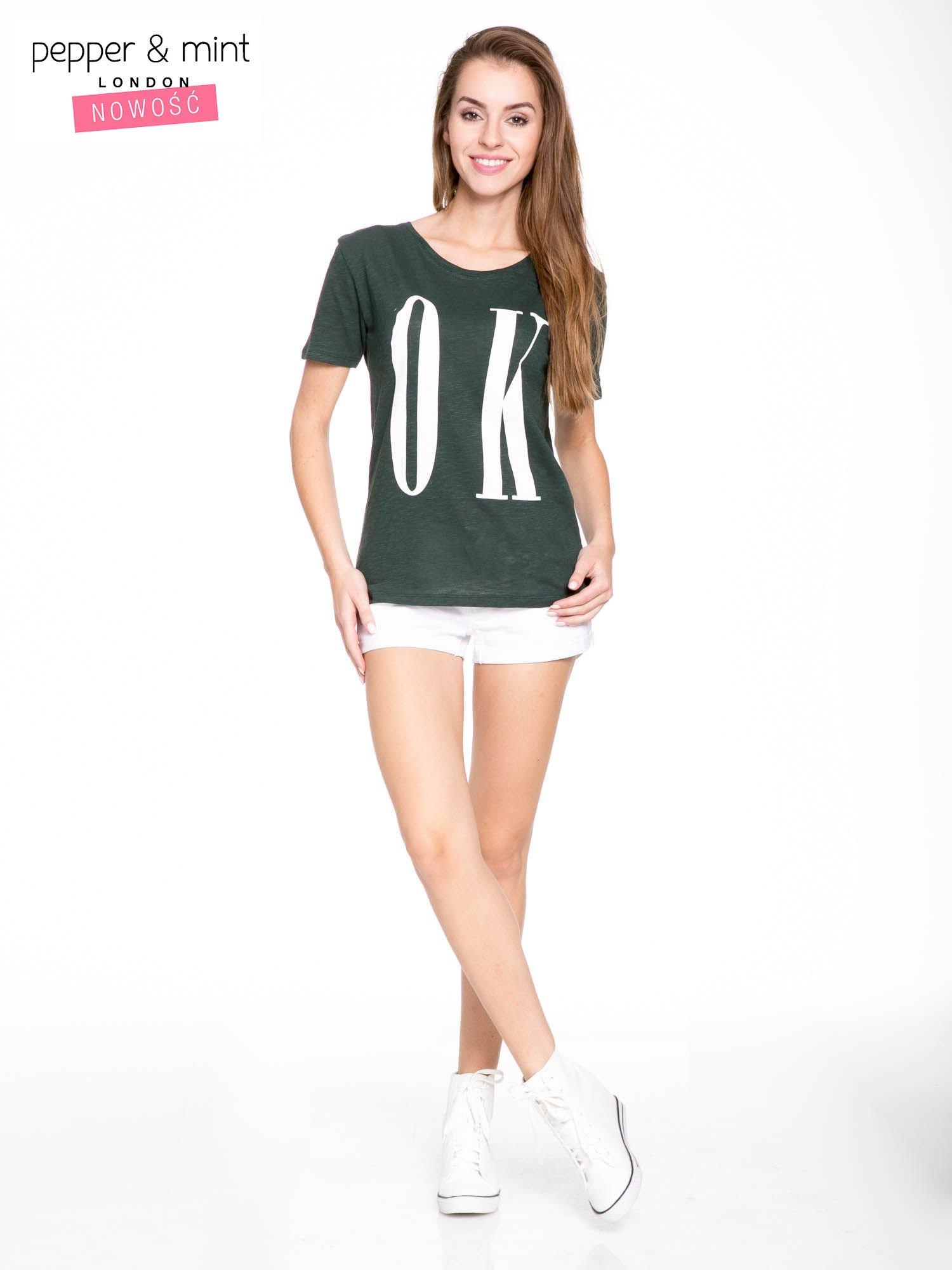 Ciemnozielony t-shirt z napisem OK                                  zdj.                                  5