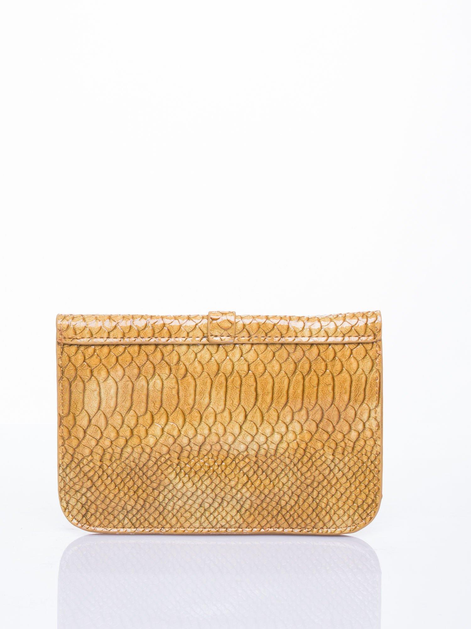 55a01d2423d72 Ciemnożółta kopertówka z motywem skóry krokodyla - Akcesoria torba ...