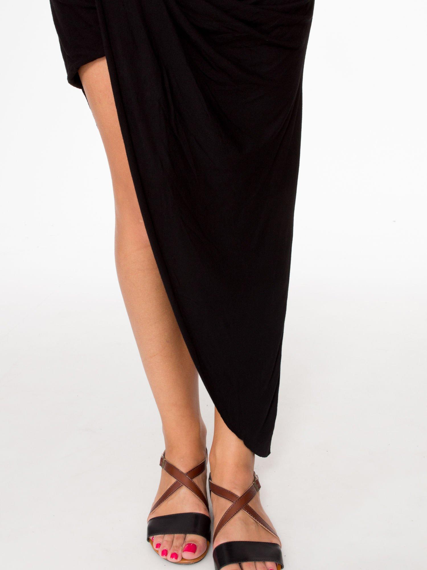 Czarna asymetryczna spódnica maxi z drapowaniem i rozporkiem z boku                                  zdj.                                  6