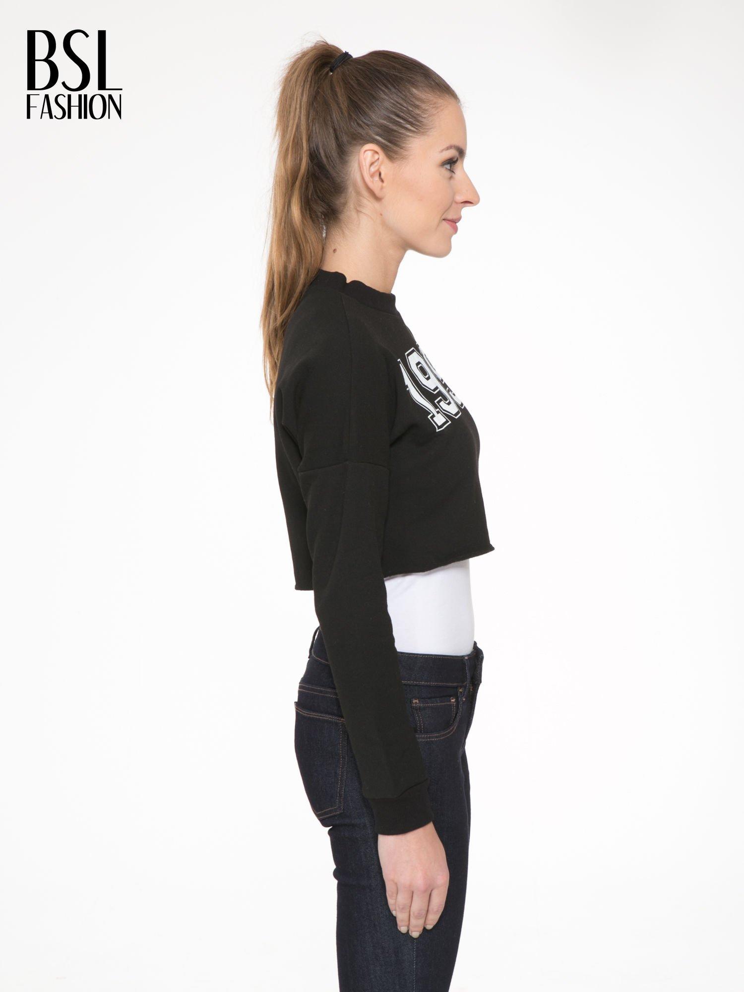 Czarna bluza cropped z nadrukiem numerycznym                                  zdj.                                  3