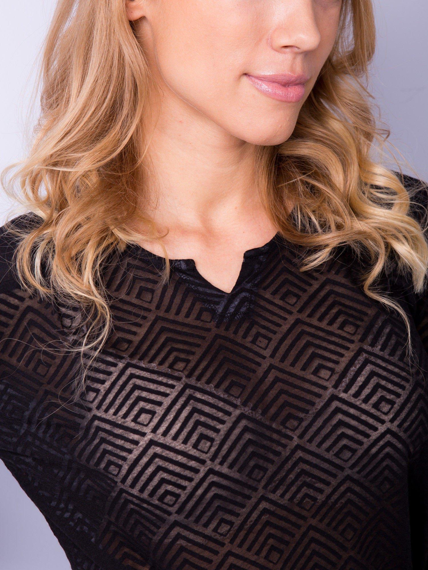 Czarna bluzka w geometryczny wzór z łezką z przodu                                  zdj.                                  3
