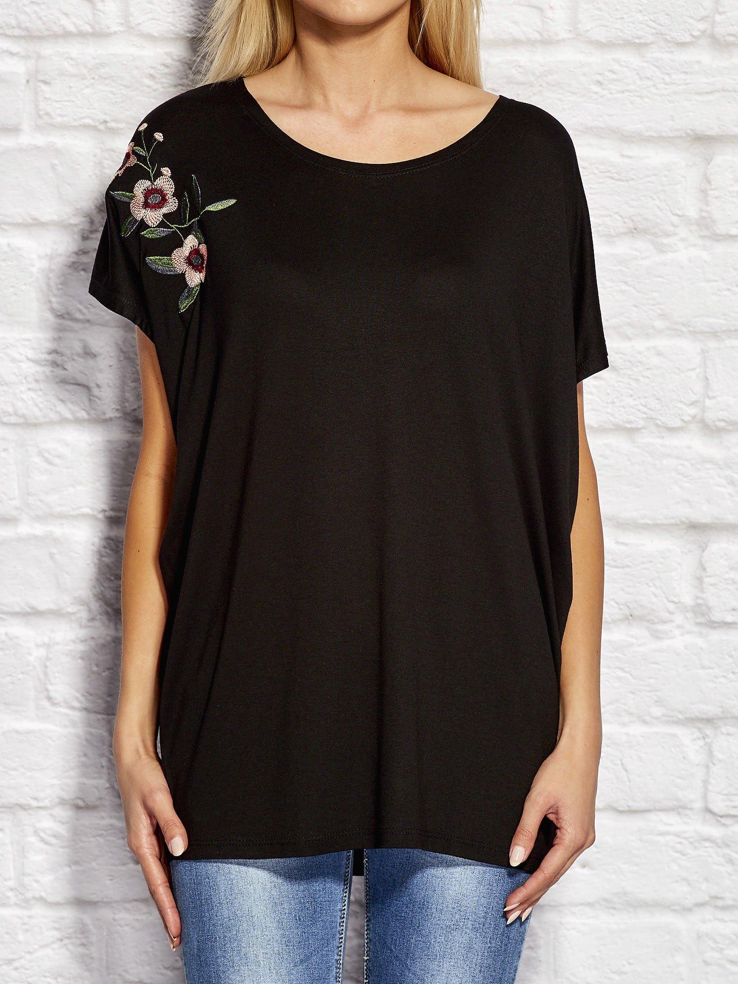 164e93f25dfde0 Czarna bluzka z kwiatowym haftem - Bluzka over size - sklep eButik.pl