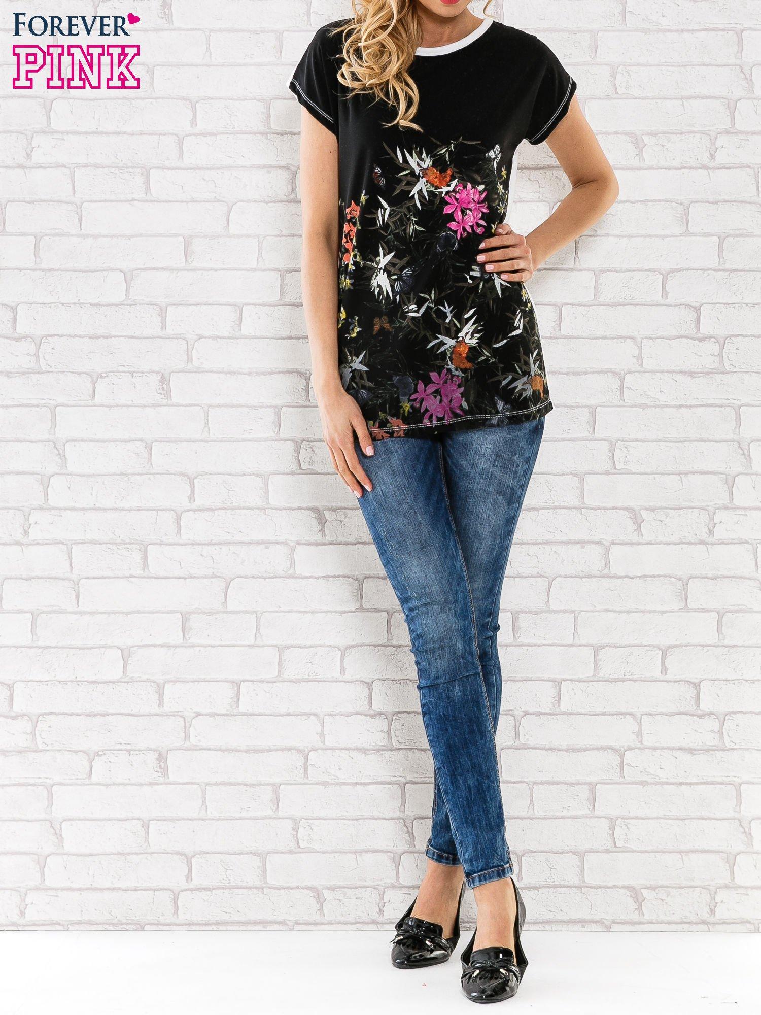 Czarna bluzka z motywem kwiatowym                                  zdj.                                  2