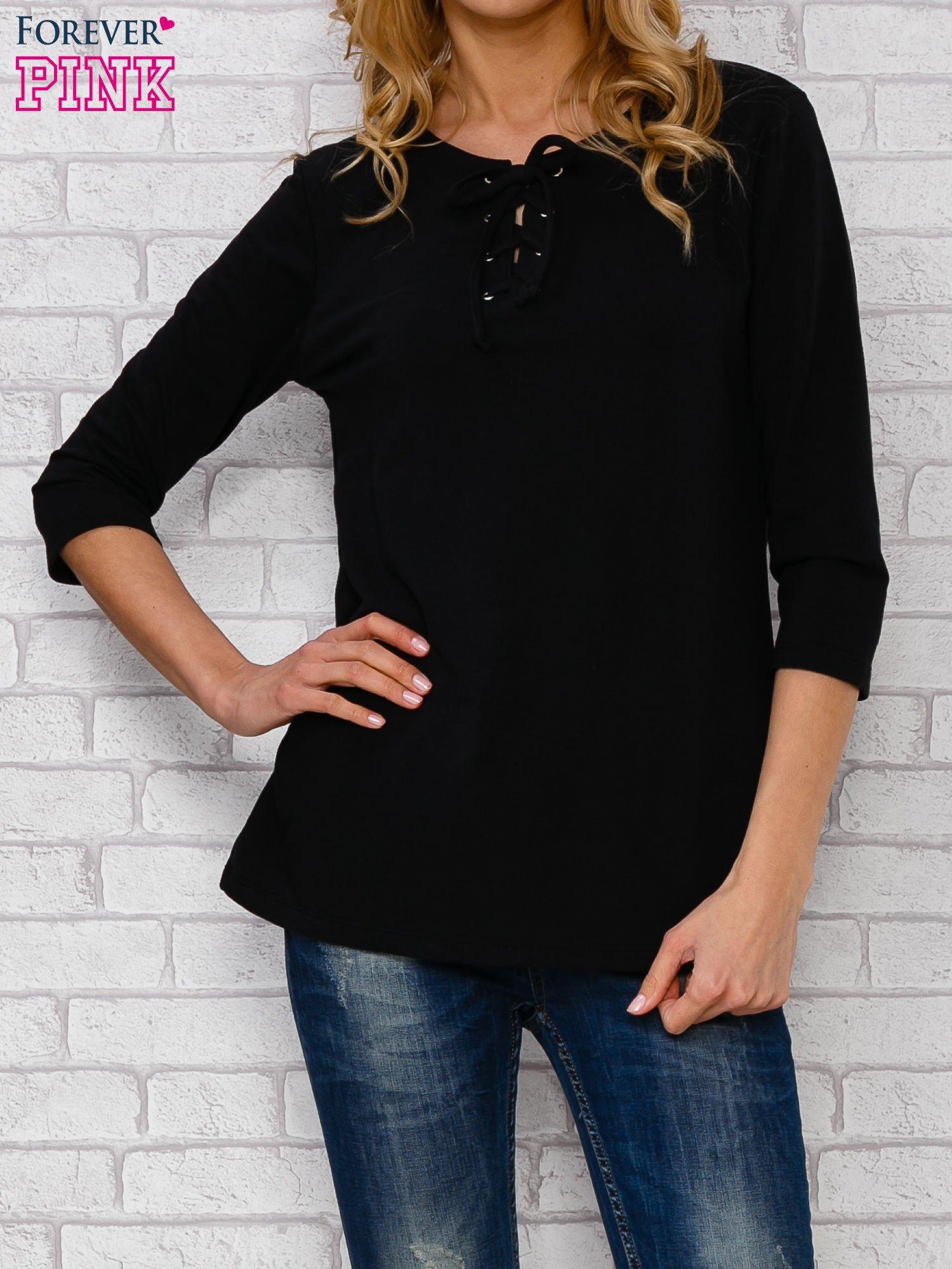 Czarna bluzka ze sznurowanym dekoltem                                  zdj.                                  1