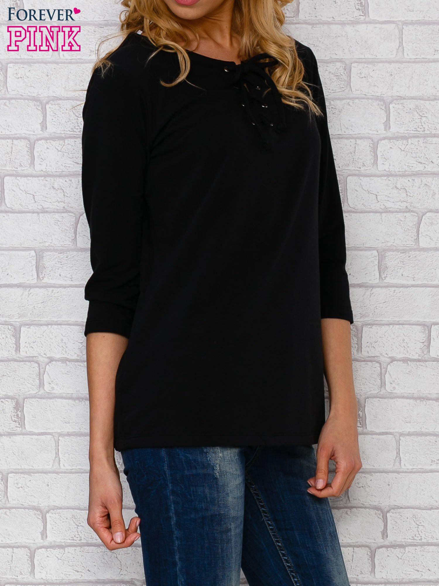 Czarna bluzka ze sznurowanym dekoltem                                  zdj.                                  3