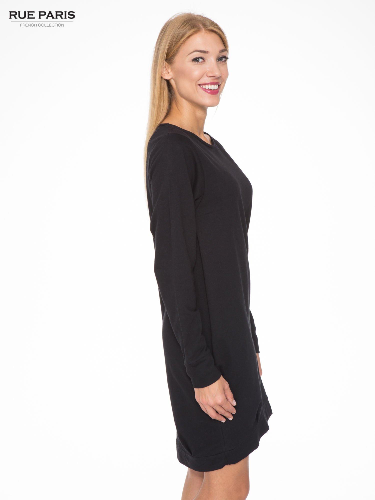 Czarna dresowa sukienka oversize z ozdobnymi kieszeniami                                  zdj.                                  3