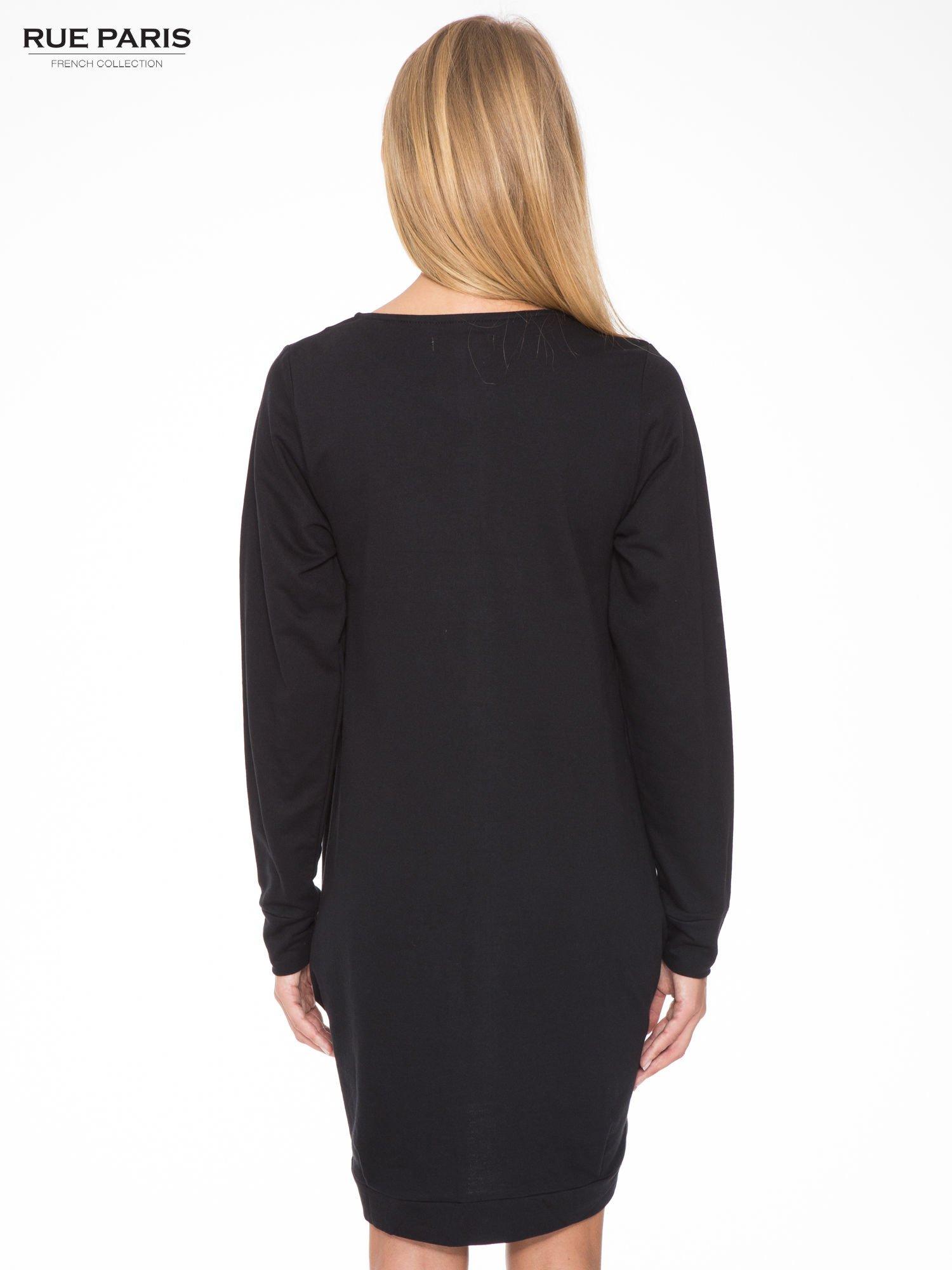 Czarna dresowa sukienka oversize z ozdobnymi kieszeniami                                  zdj.                                  4