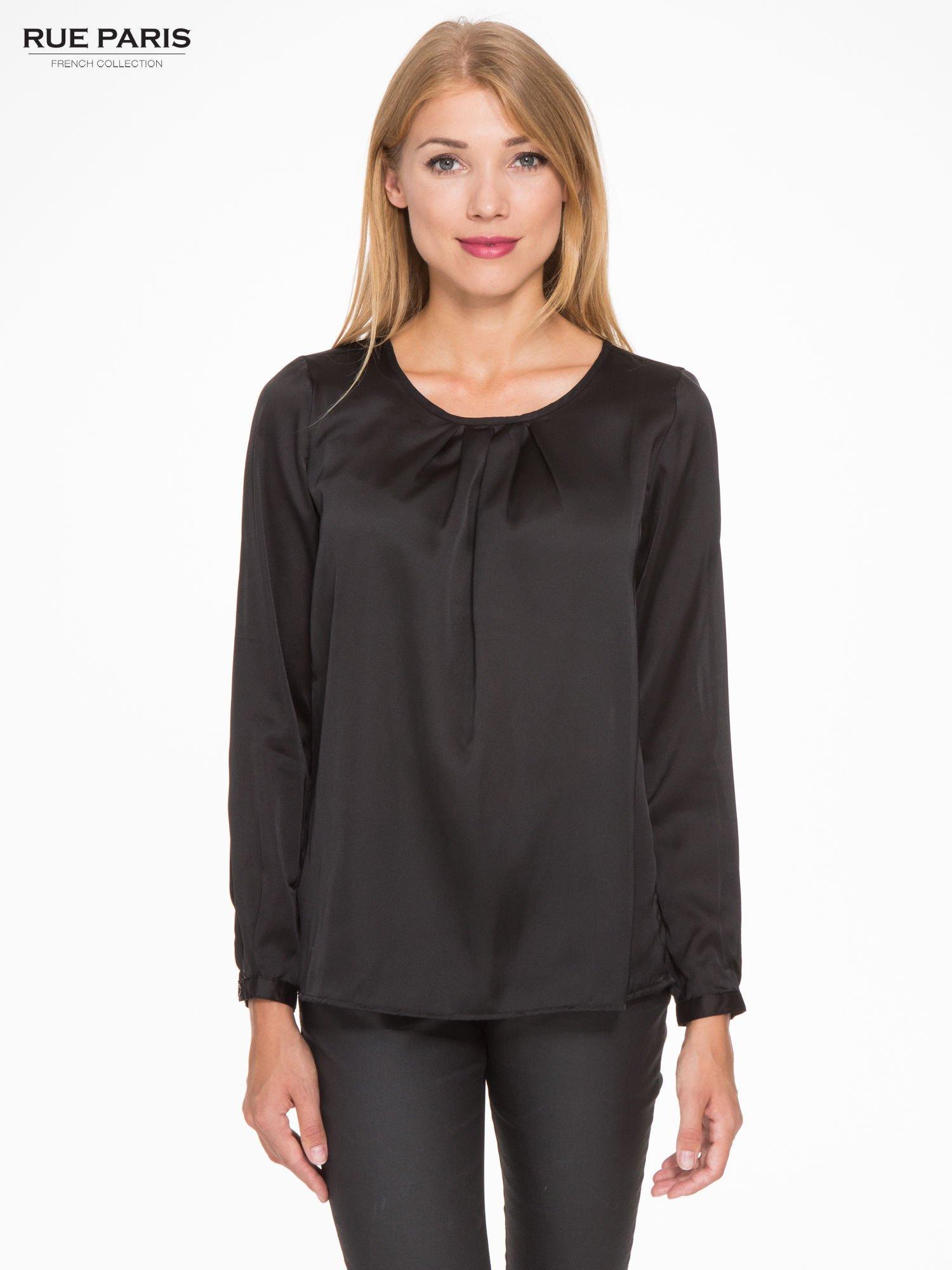 Czarna elegancka atłasowa koszula z zakładkami przy dekolcie                                  zdj.                                  1