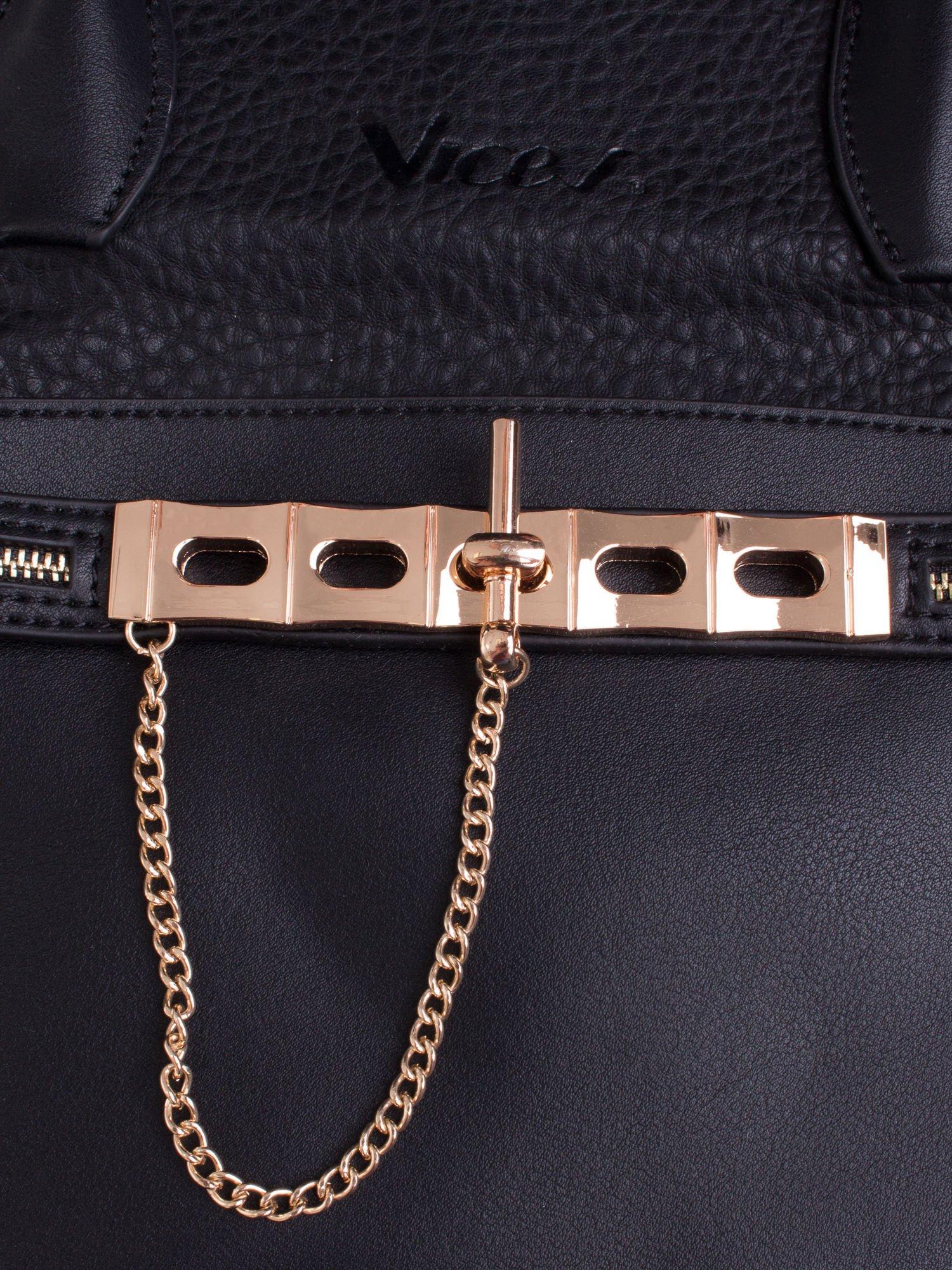 Czarna fakturowana torba miejska ze złotym łańcuszkiem                                  zdj.                                  5