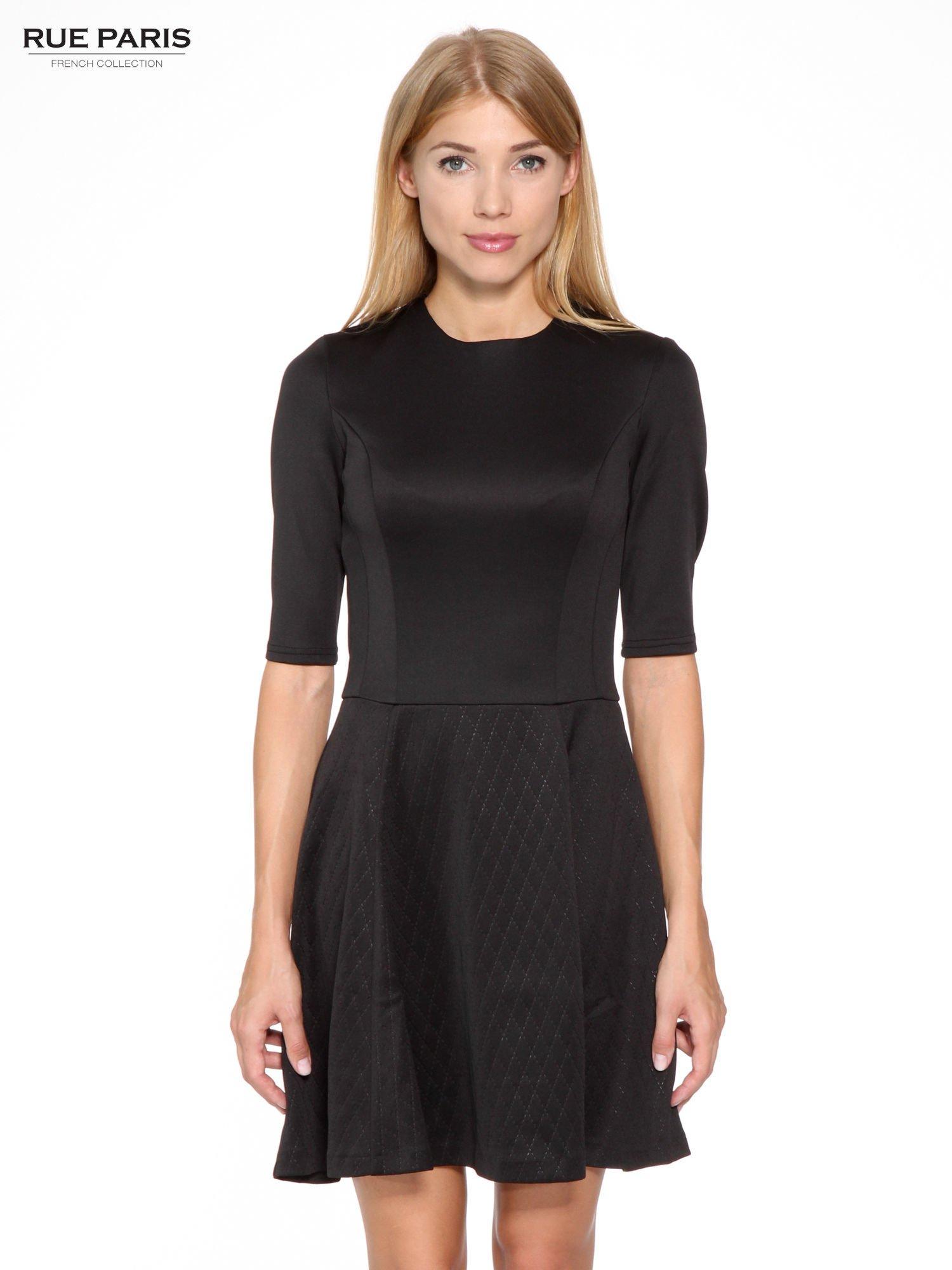 d159a58d37 Czarna klasyczna sukienka z rozkloszowanym dołem w pikowany wzór ...