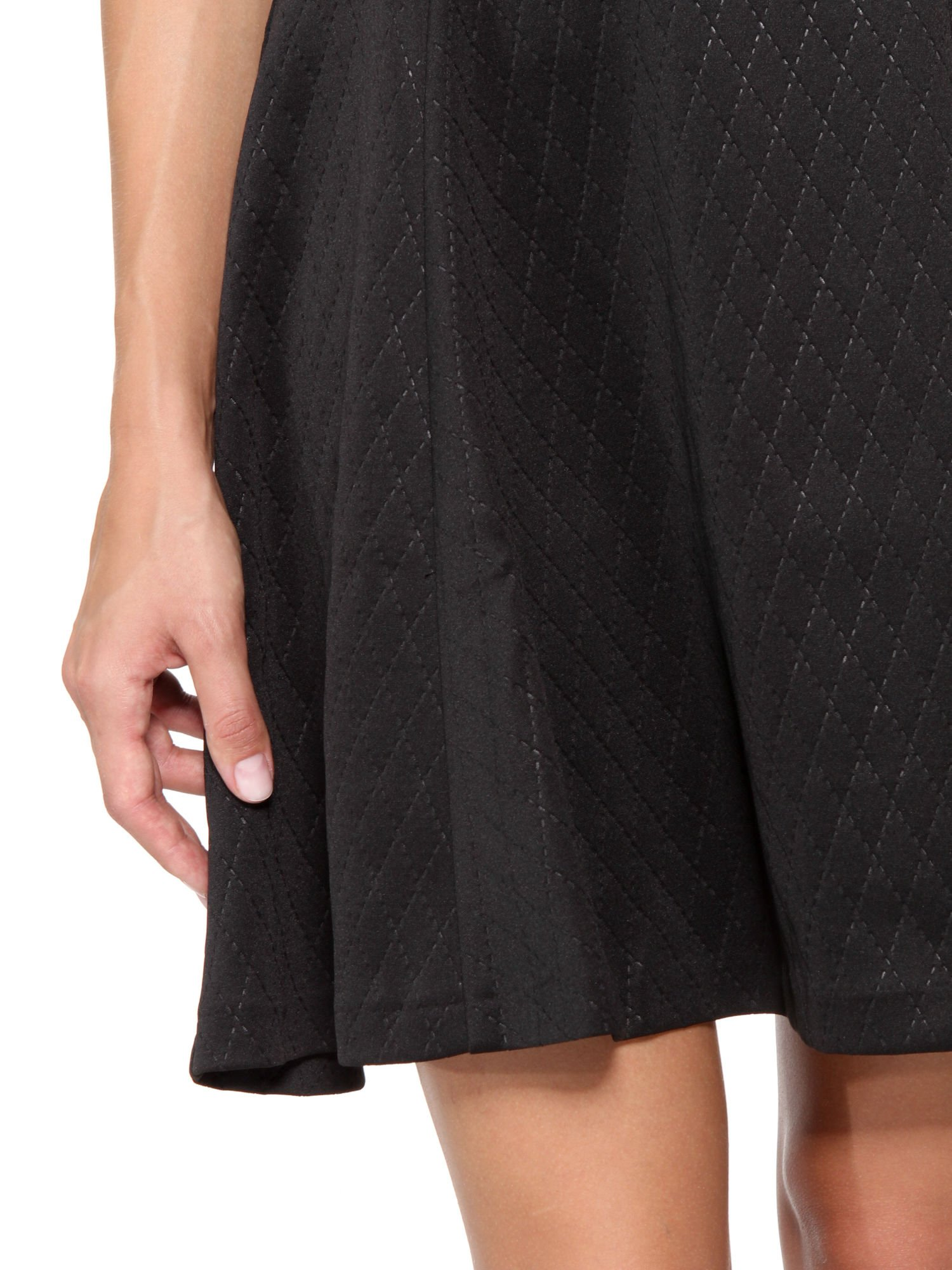 6de110be34 6  Czarna klasyczna sukienka z rozkloszowanym dołem w pikowany wzór ...