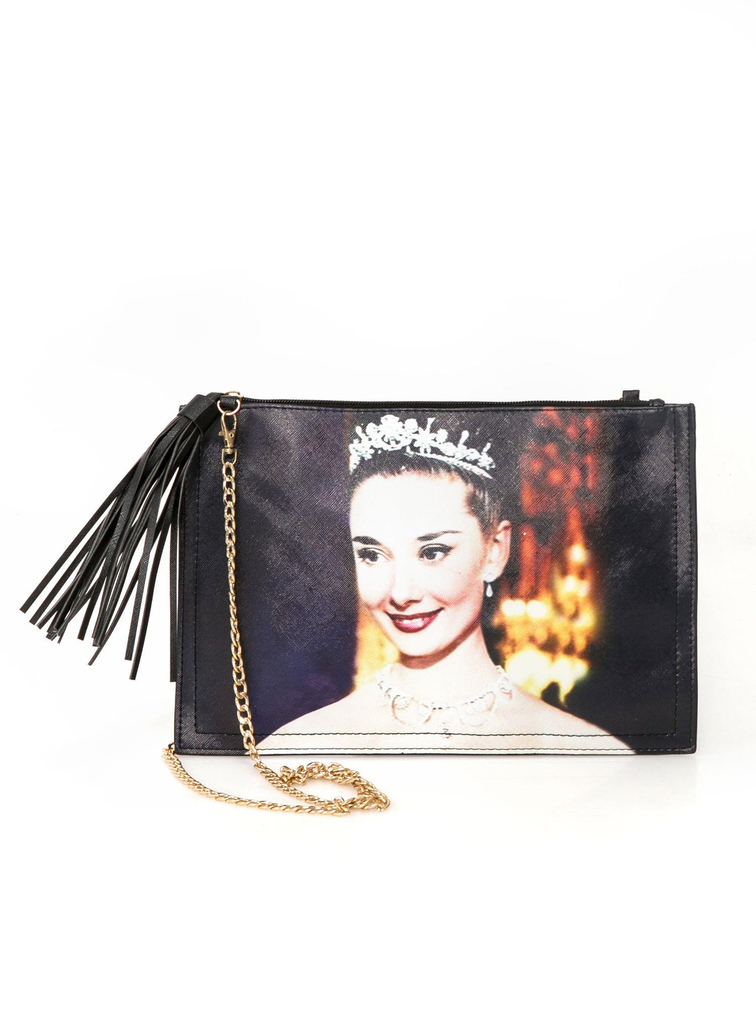 Czarna kopertówka z nadrukiem Audrey Hepburn, frędzlami i złotym łańcuszkiem                                  zdj.                                  1
