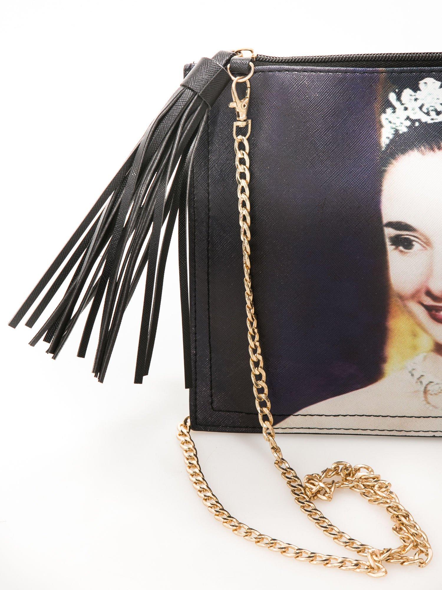 Czarna kopertówka z nadrukiem Audrey Hepburn, frędzlami i złotym łańcuszkiem                                  zdj.                                  4