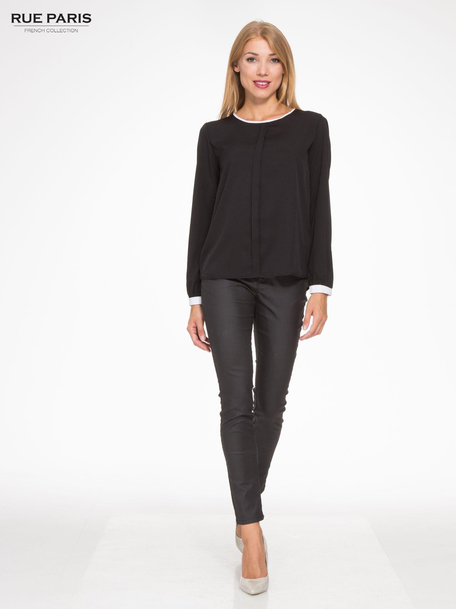 Czarna koszula z kontrastową lamówką przy dekolcie i mankietami                                  zdj.                                  2