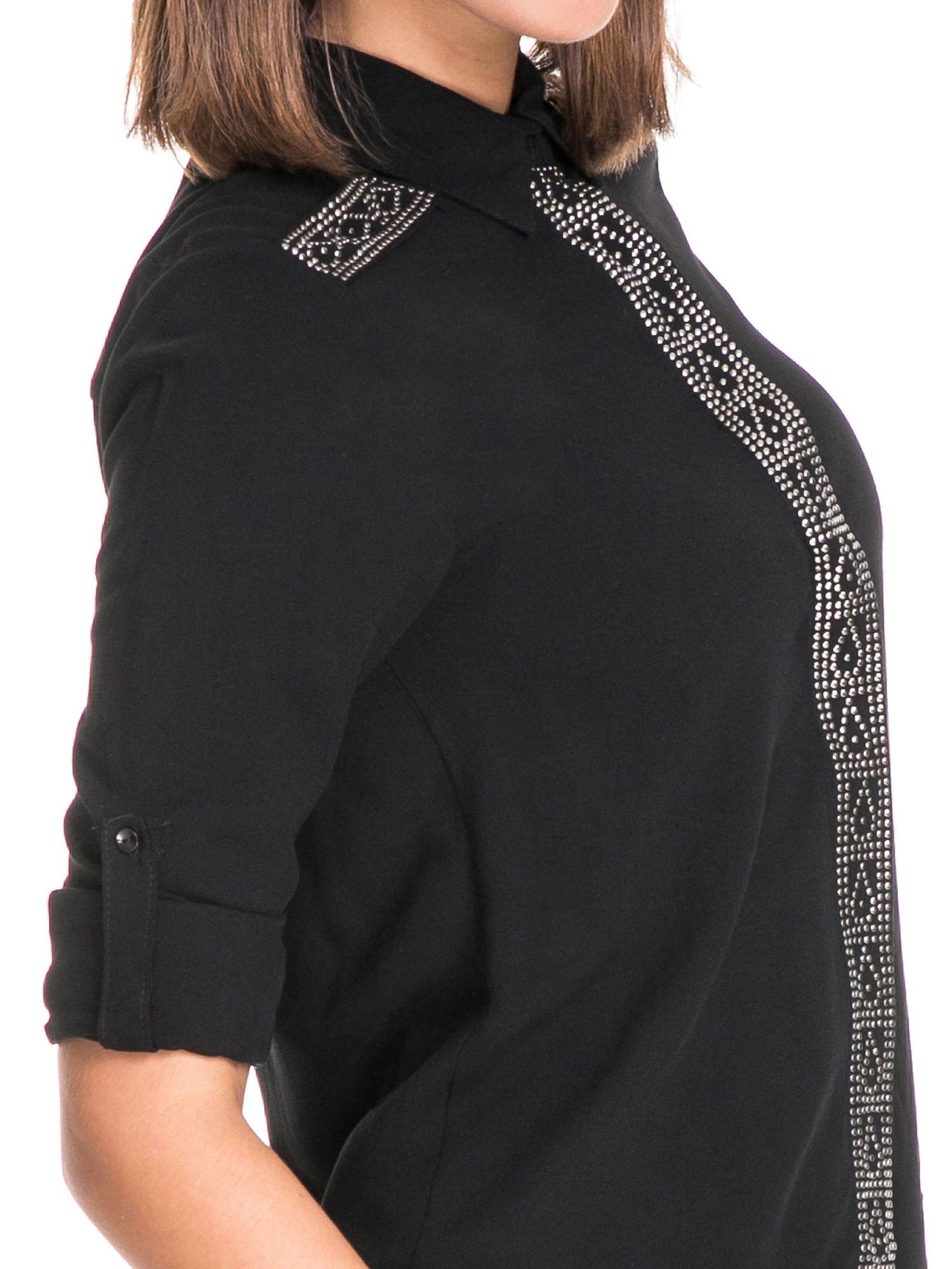 Czarna koszula z listwą i pagonami zdobionymi dżetami                                  zdj.                                  7