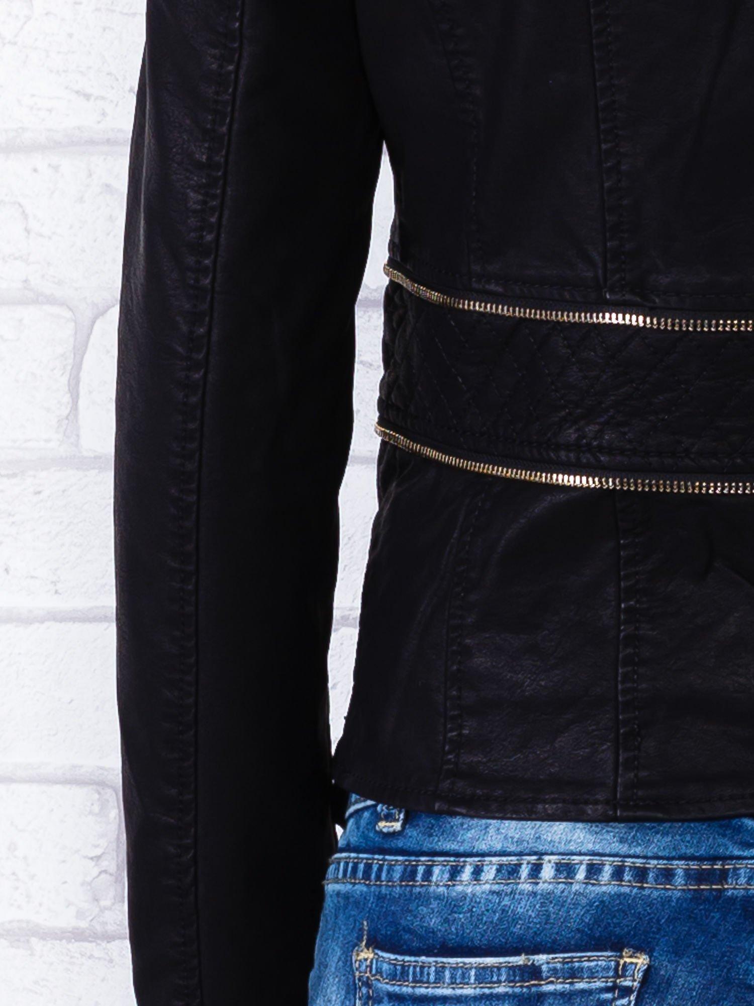 Czarna kurtka ramoneska ze złotym suwakiem z tyłu                                  zdj.                                  7