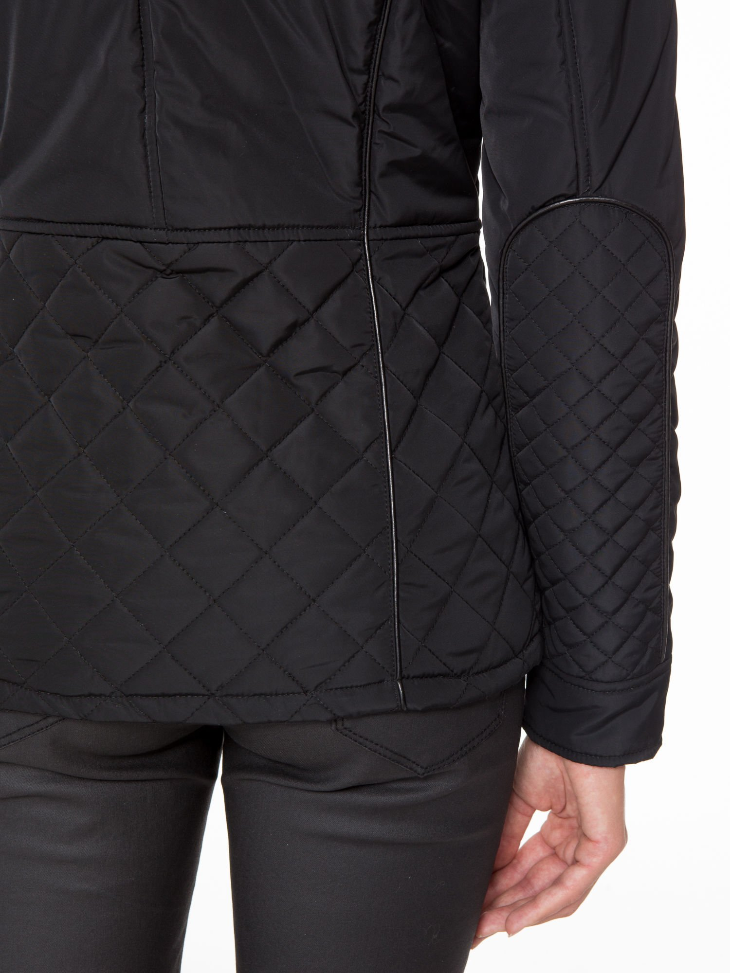 Czarna kurtka z pikowanymi wstawkami i skórzaną lamówką                                  zdj.                                  11