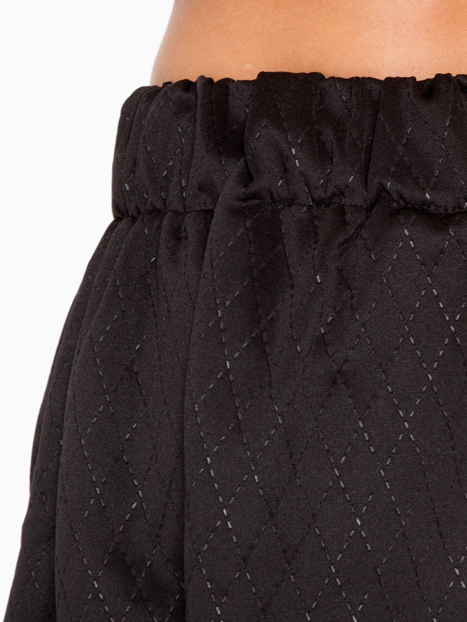 Czarna mini spódniczka w pikowany wzór                                  zdj.                                  6