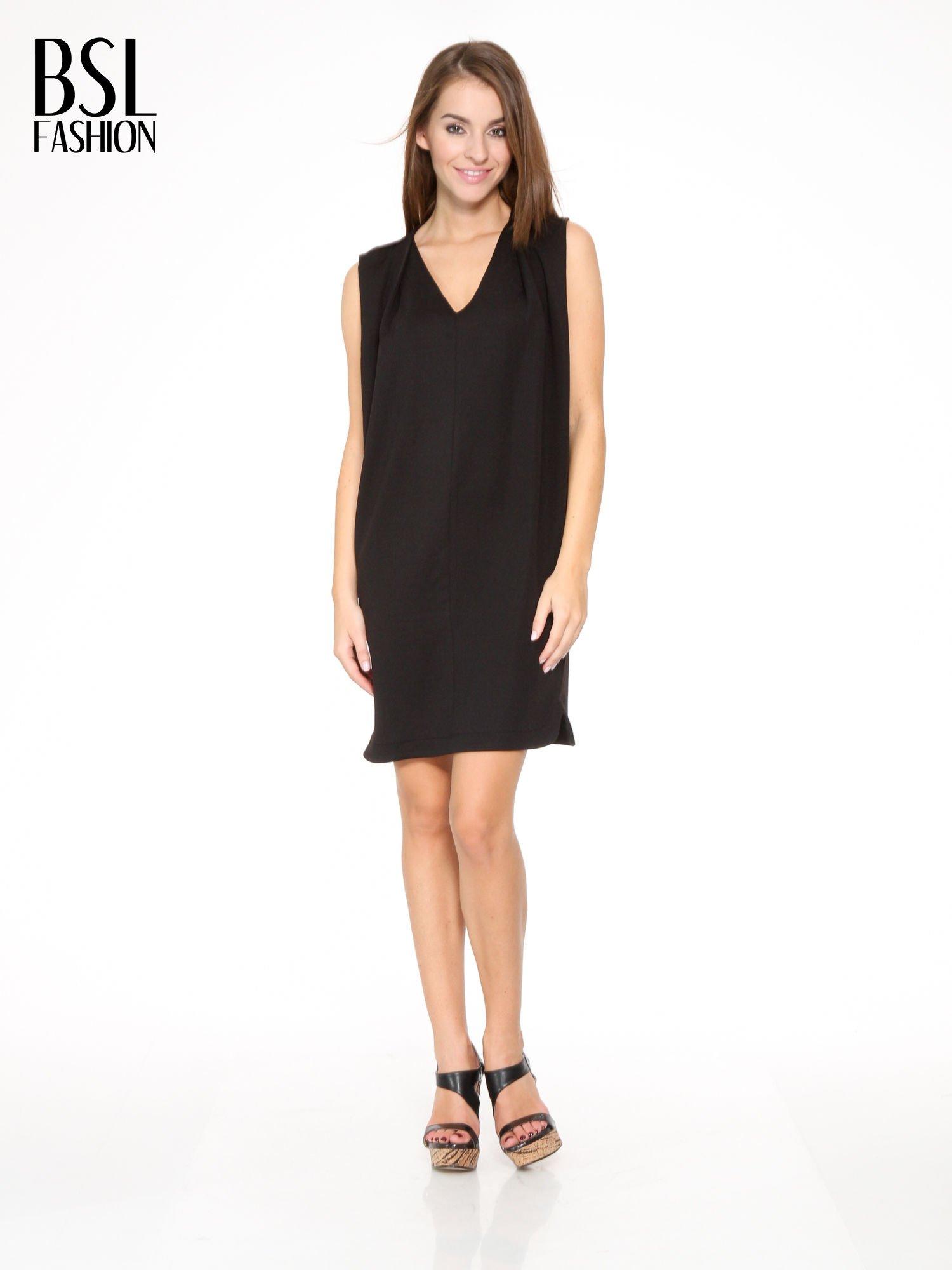 Czarna minimalistyczna sukienka z dekoltem w serek                                  zdj.                                  2