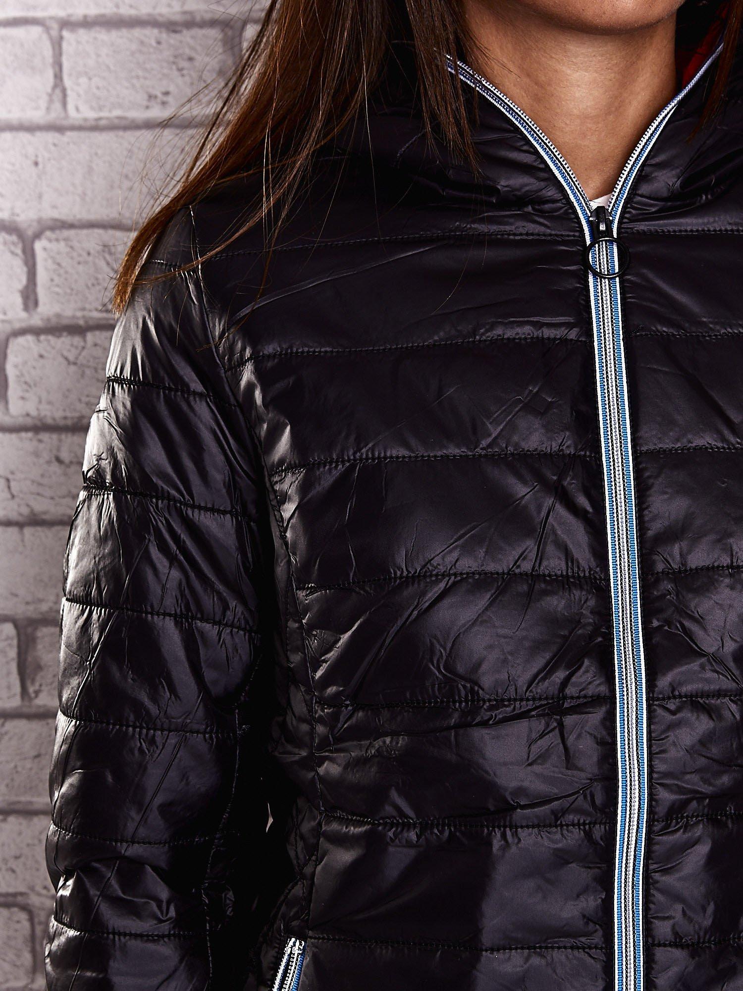 Czarna ocieplana kurtka z kontrastowym wykończeniem kaptura                                  zdj.                                  7