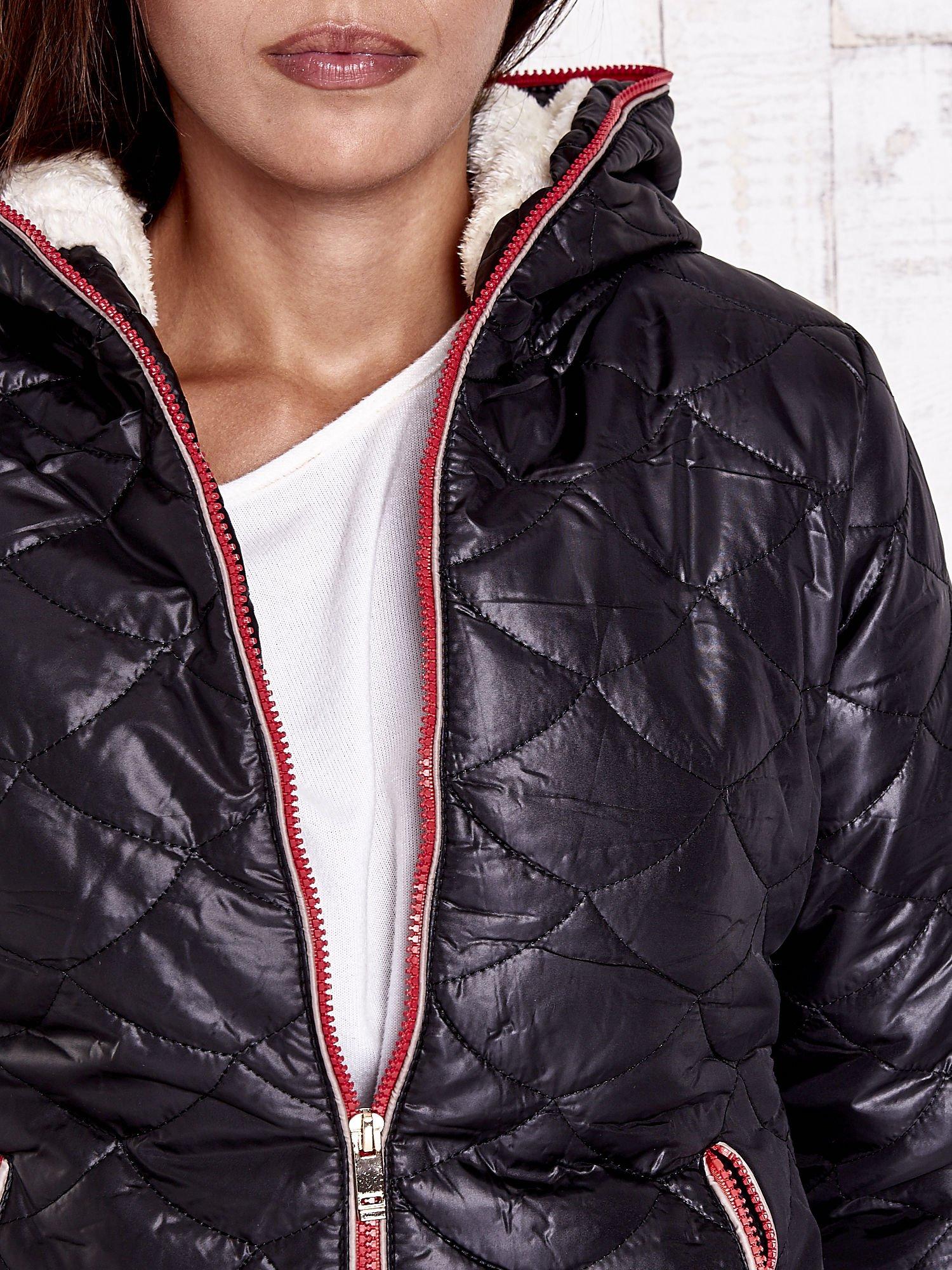 Czarna pikowana kurtka z futrzanym ociepleniem                                   zdj.                                  9
