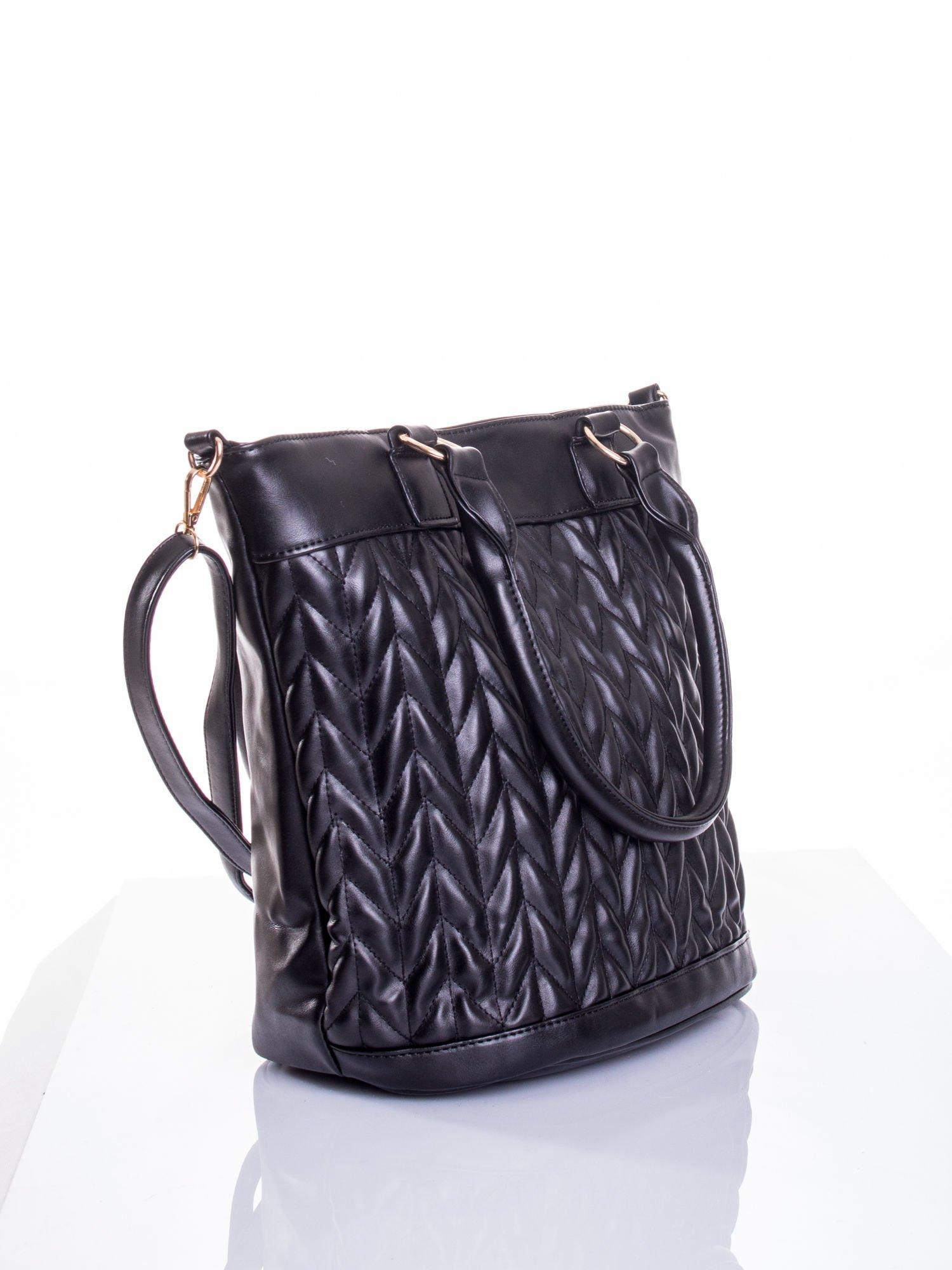 Czarna pikowana torba na ramię                                  zdj.                                  4