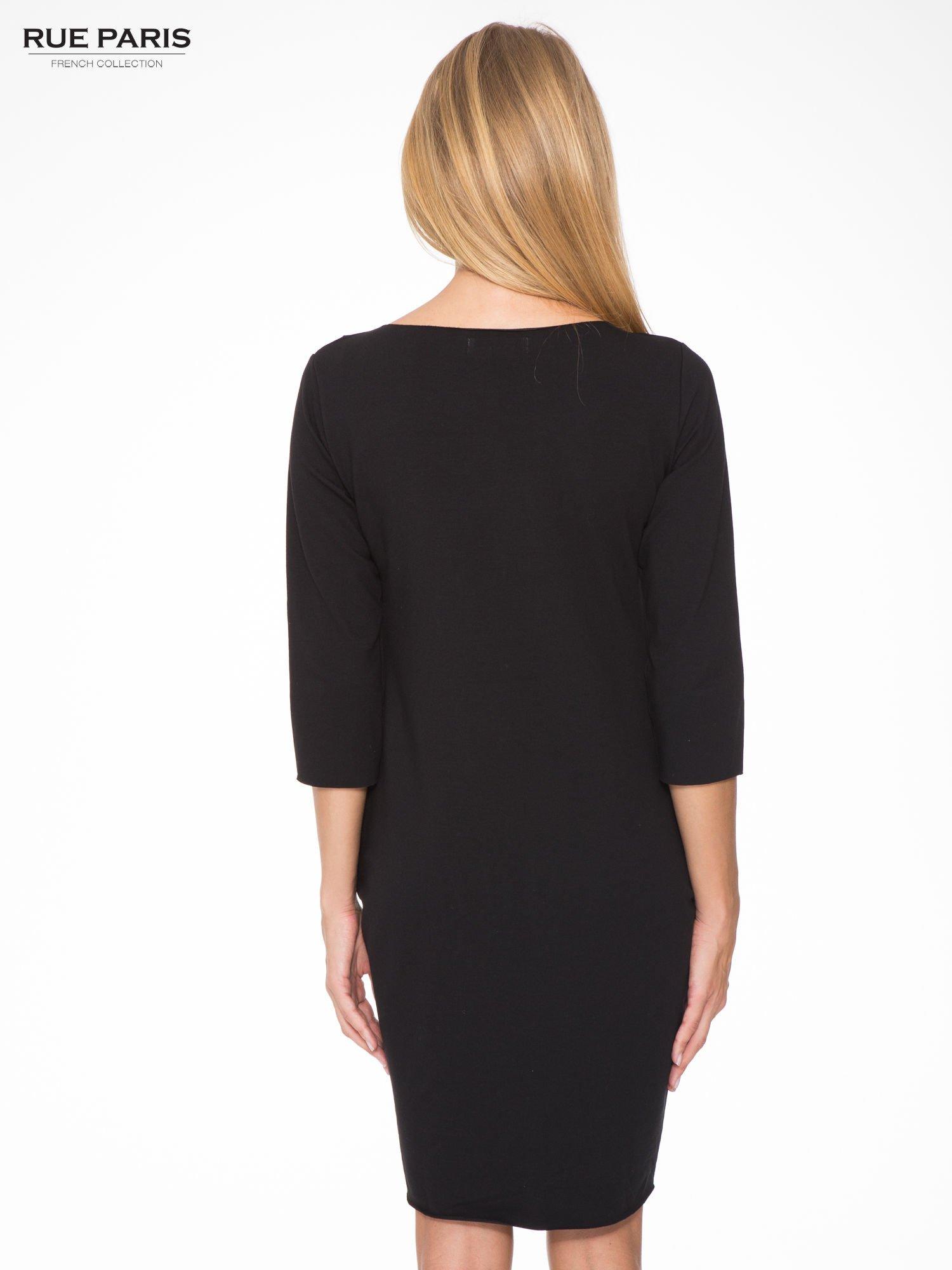 Czarna prosta sukienka z surowym wykończeniem i kieszeniami                                  zdj.                                  4