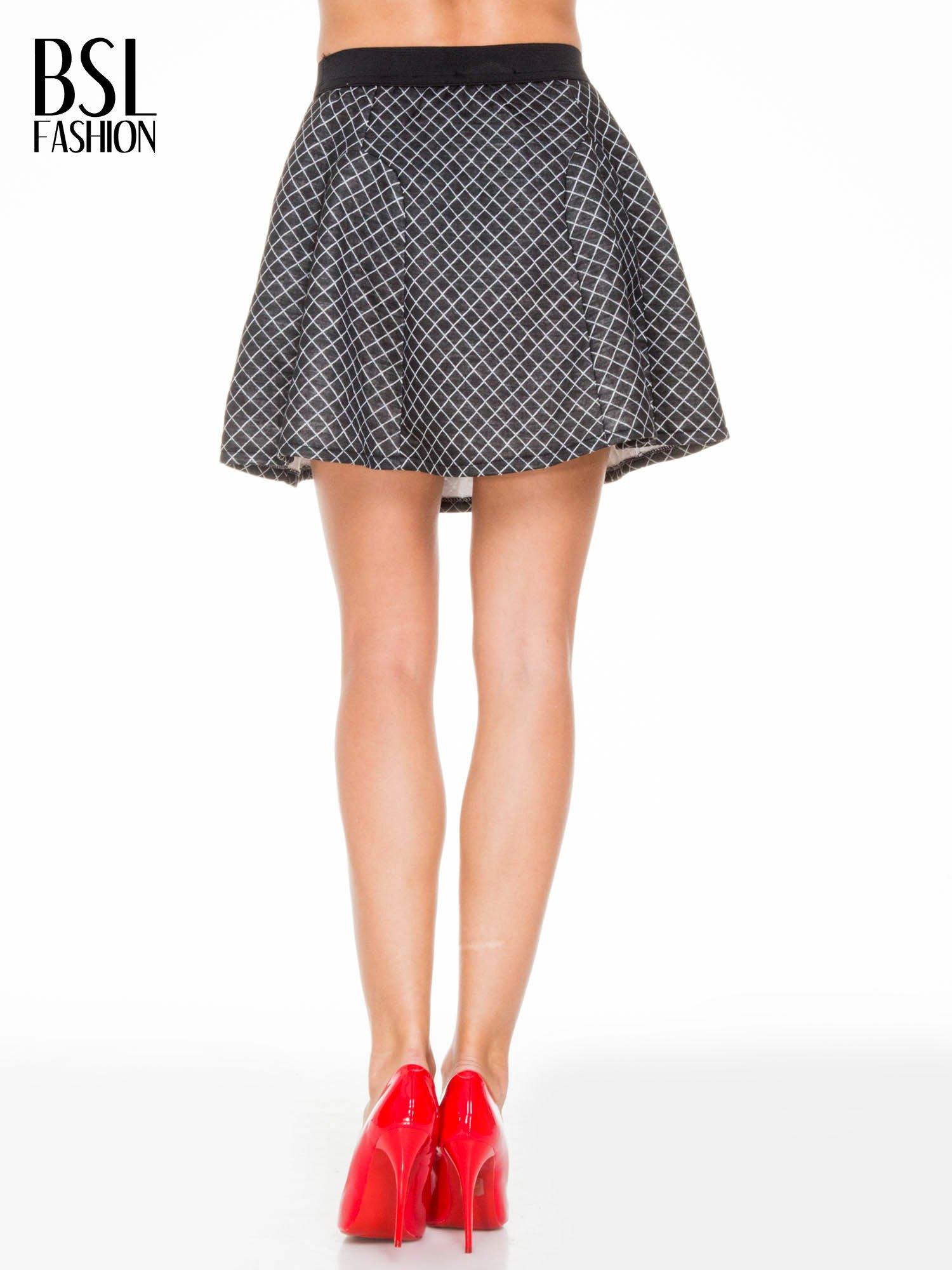 Czarna rozkloszowana mini spódniczka w kratkę                                  zdj.                                  4