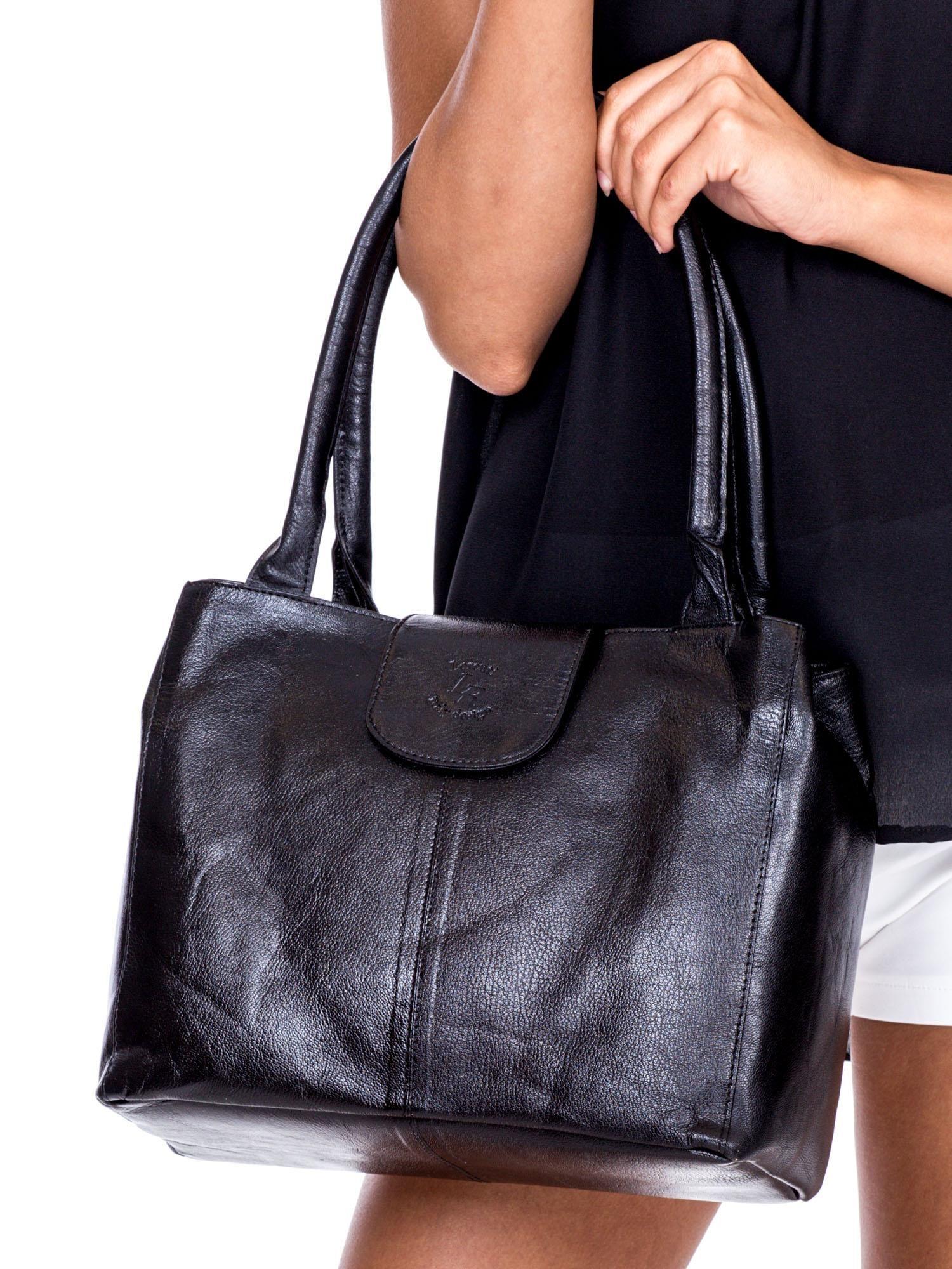 82ac91d8146ac Czarna skórzana torba damska na ramię z klapką - Akcesoria torba ...
