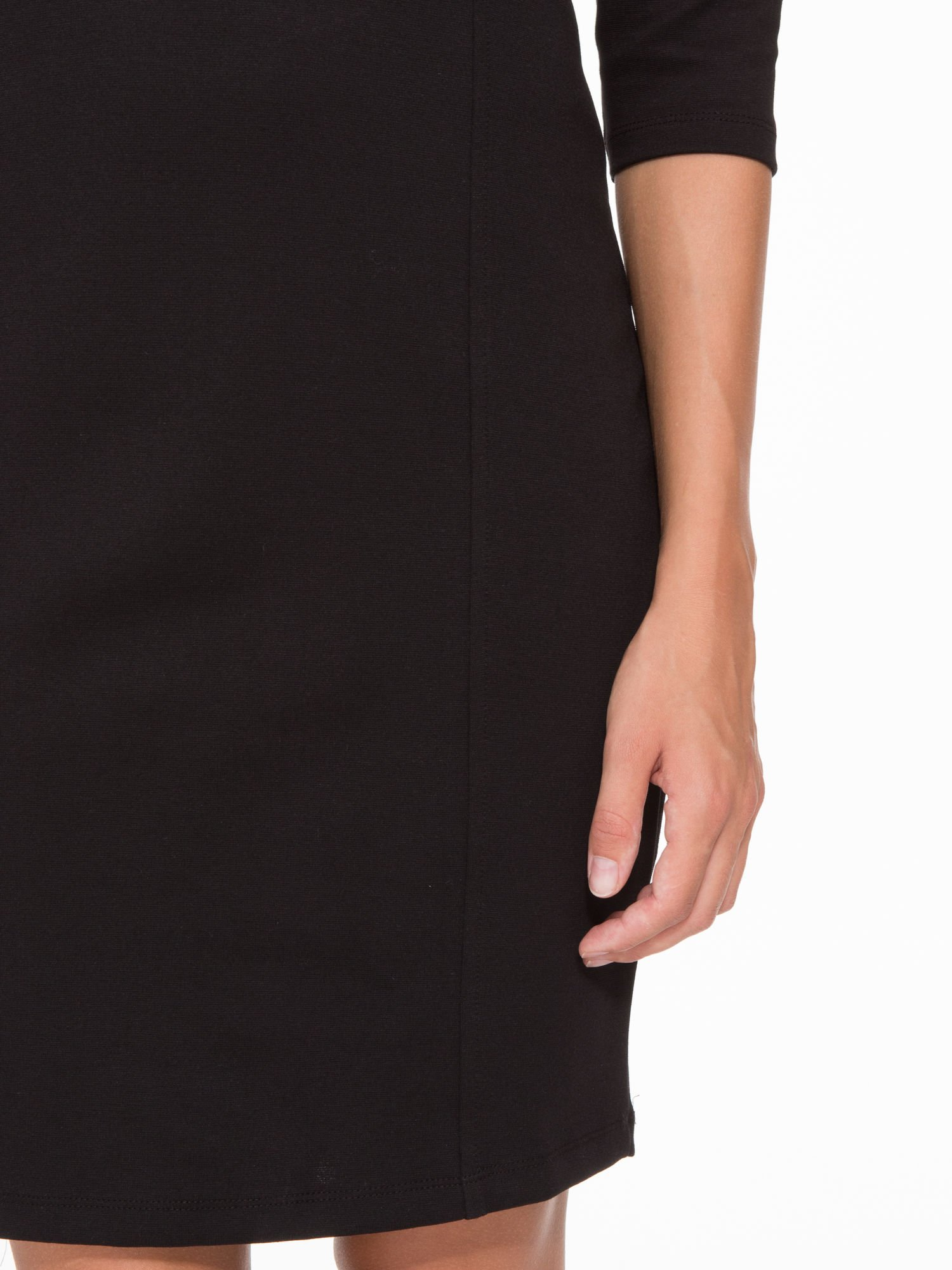 Czarna sukienka pensjonarka z białym kołnierzykiem                                  zdj.                                  8