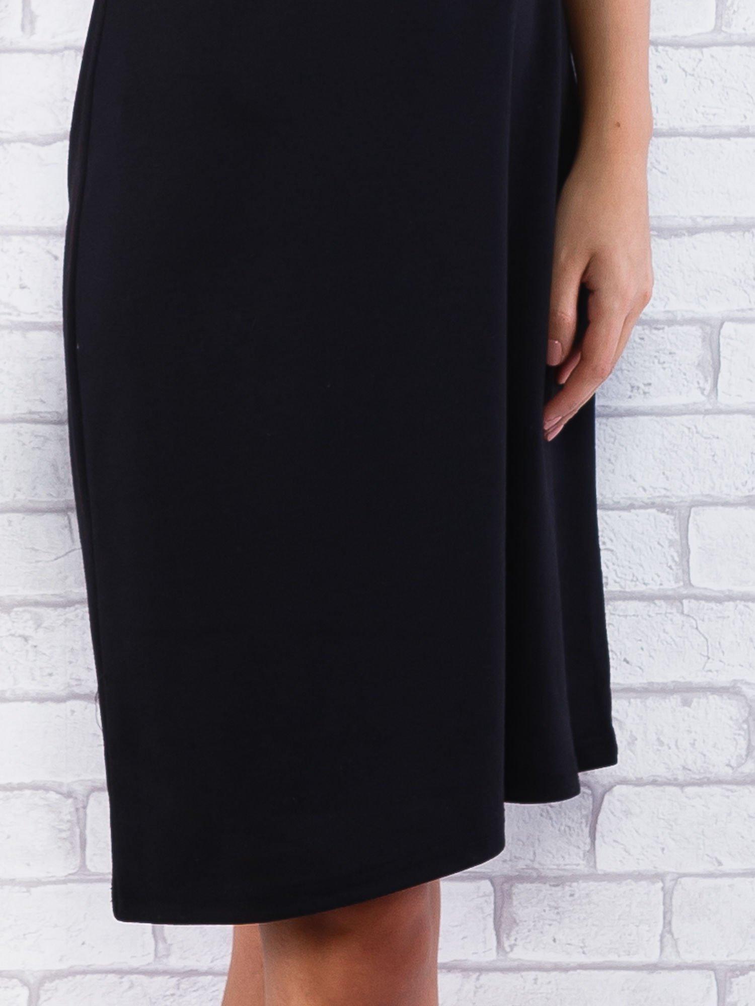 Czarna sukienka z cekinowym wykończeniem przy dekolcie                                  zdj.                                  6