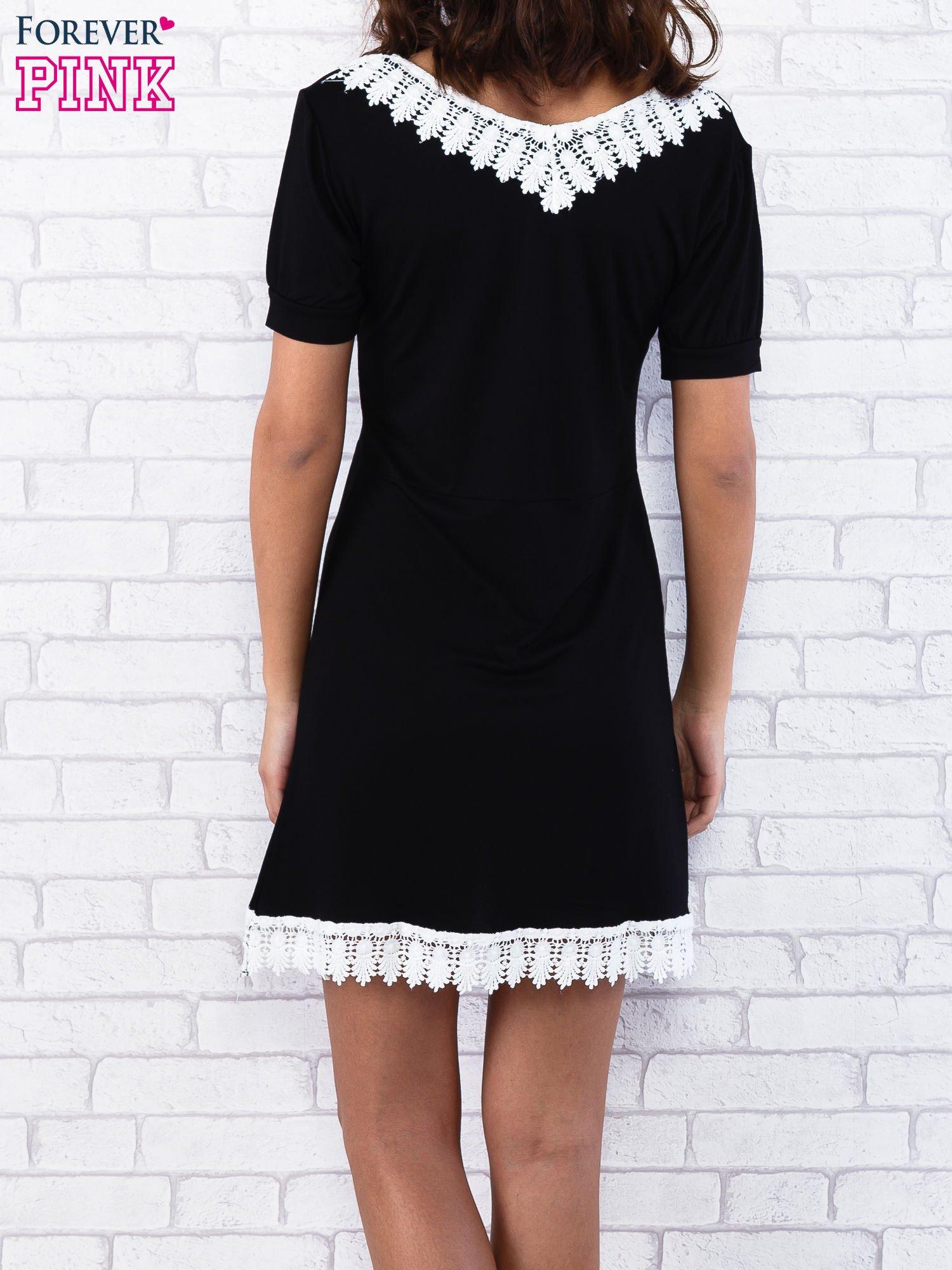 Czarna sukienka z koronkowym wykończeniem                                  zdj.                                  6