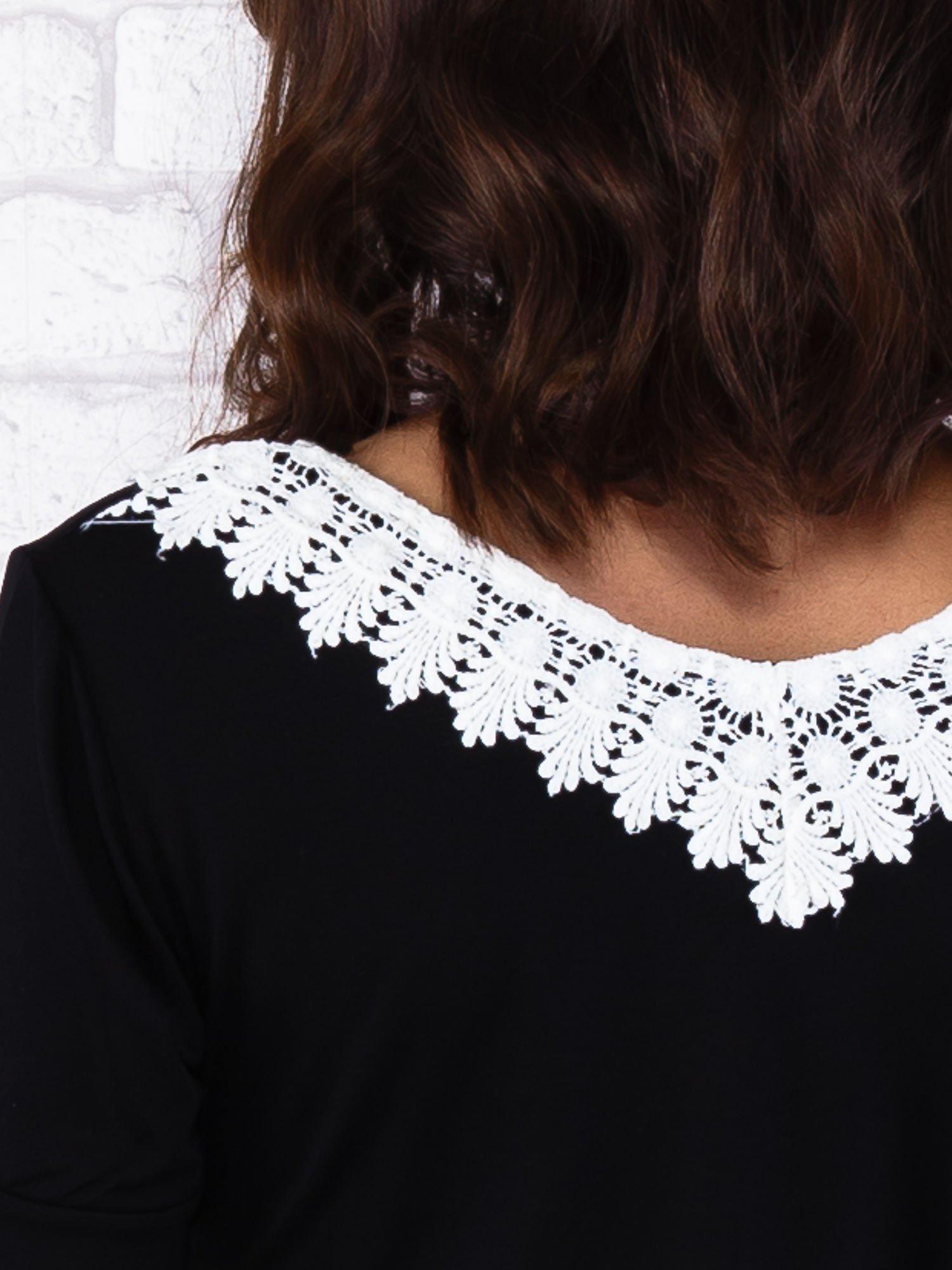 Czarna sukienka z koronkowym wykończeniem                                  zdj.                                  7