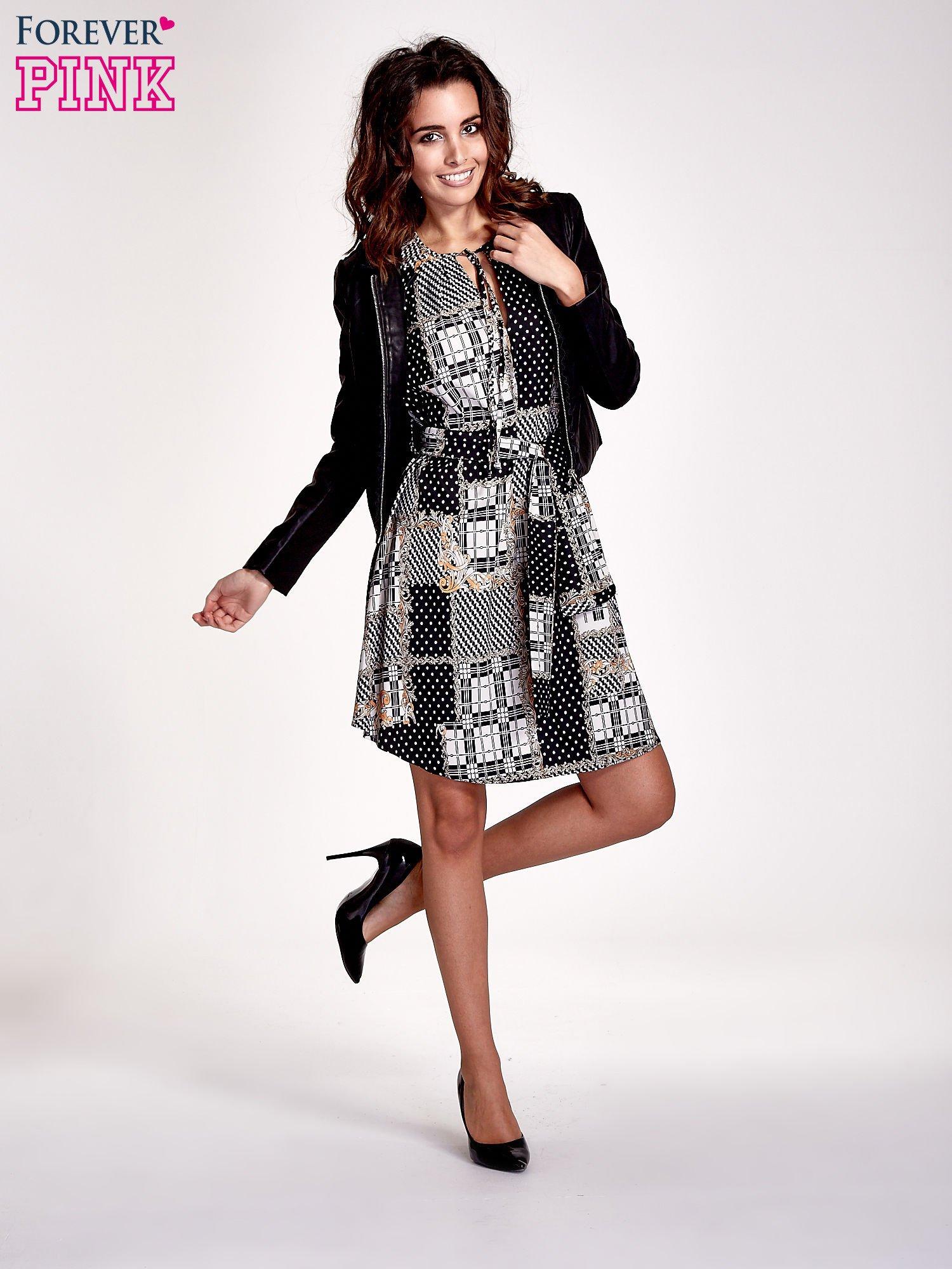 Czarna sukienka z nadrukami i wiązaniem w pasie                                  zdj.                                  2