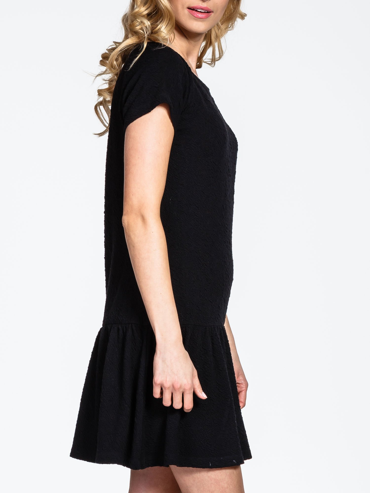 Czarna sukienka z obniżoną talią i falbaną na dole                                  zdj.                                  5