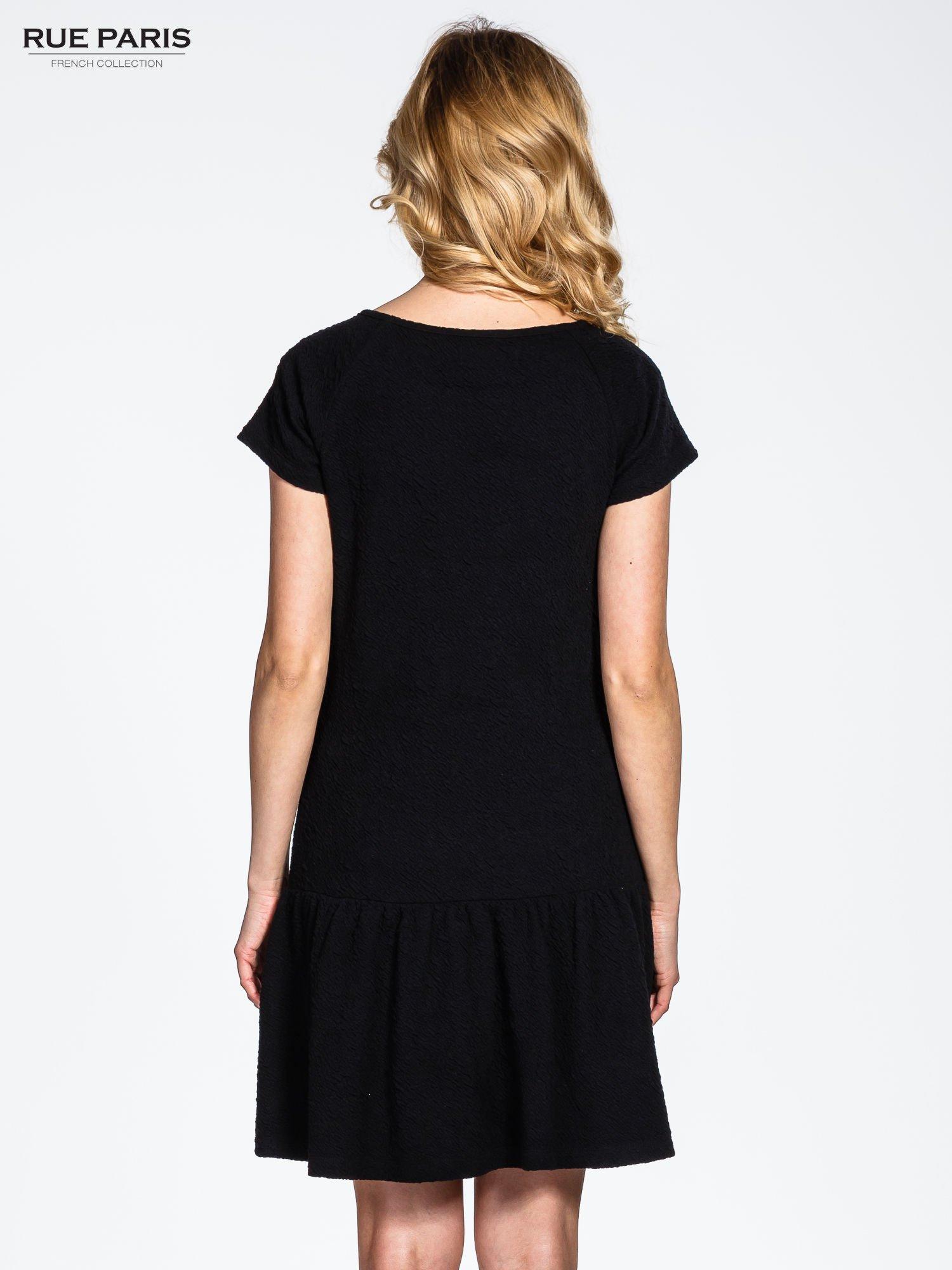Czarna sukienka z obniżoną talią i falbaną na dole                                  zdj.                                  3