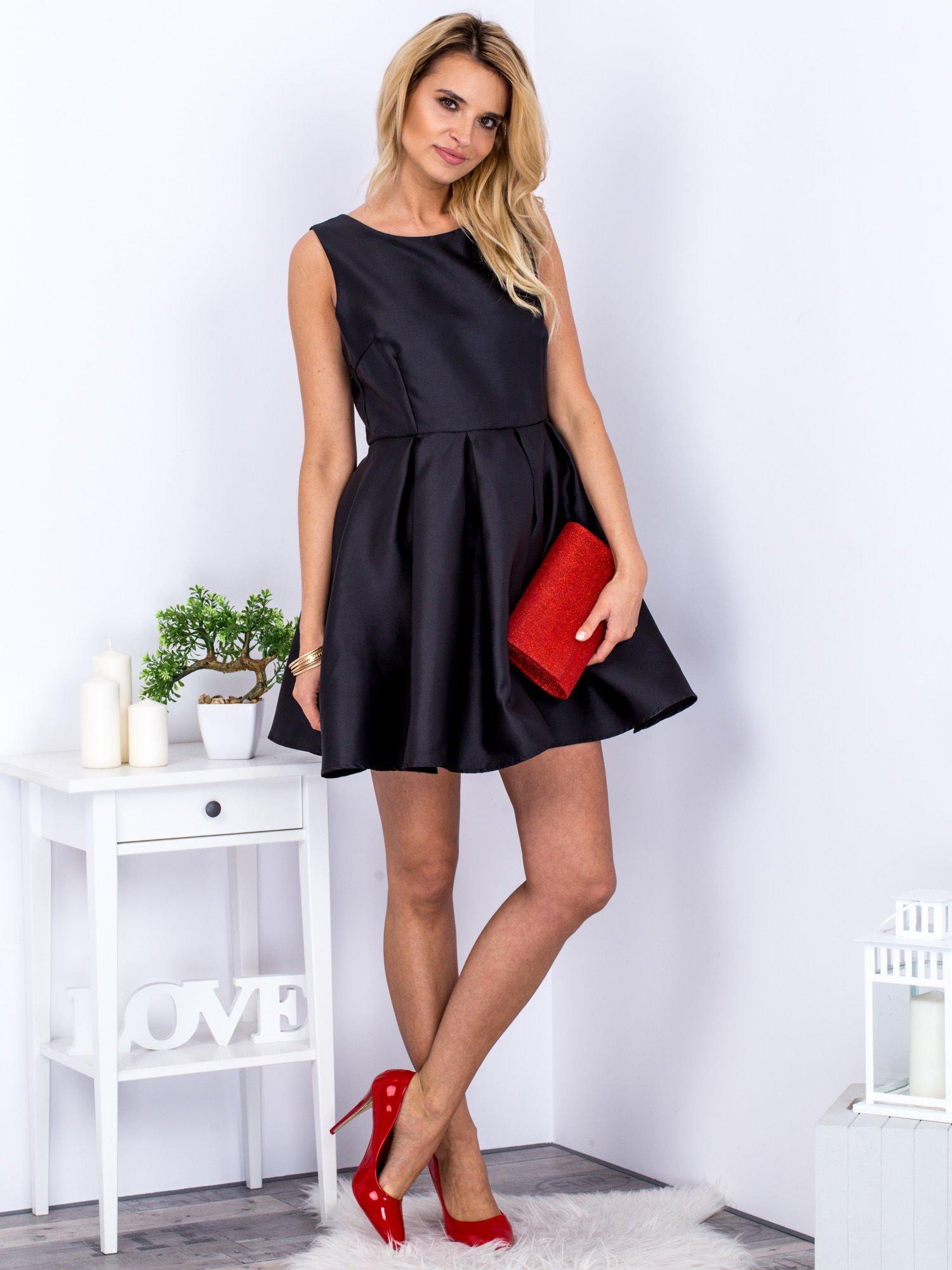 72272d5694 Czarna Sukienka Z Perłowym Połyskiem I Kokardą Sukienka Na Wesele