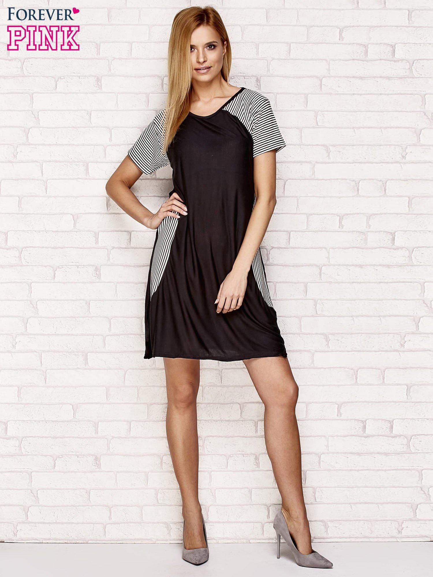 Czarna sukienka z wstawkami w paski                                  zdj.                                  4