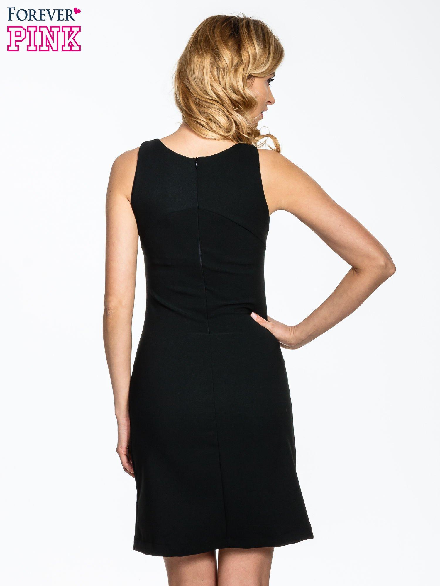 Czarna sukienka z wycięciem na dekolcie                                  zdj.                                  4