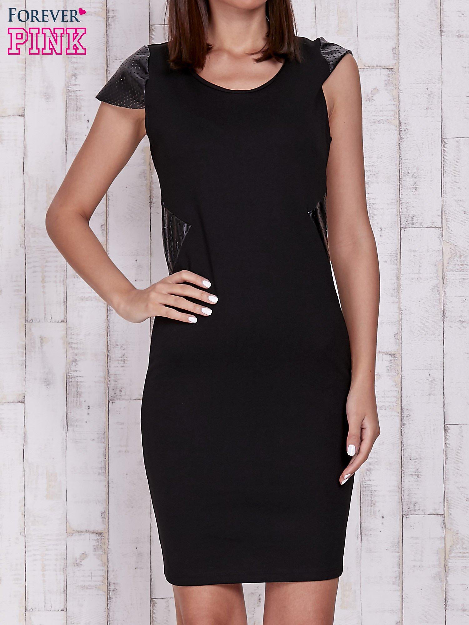 Czarna sukienka ze skórzanymi pikowanymi wstawkami                                  zdj.                                  1