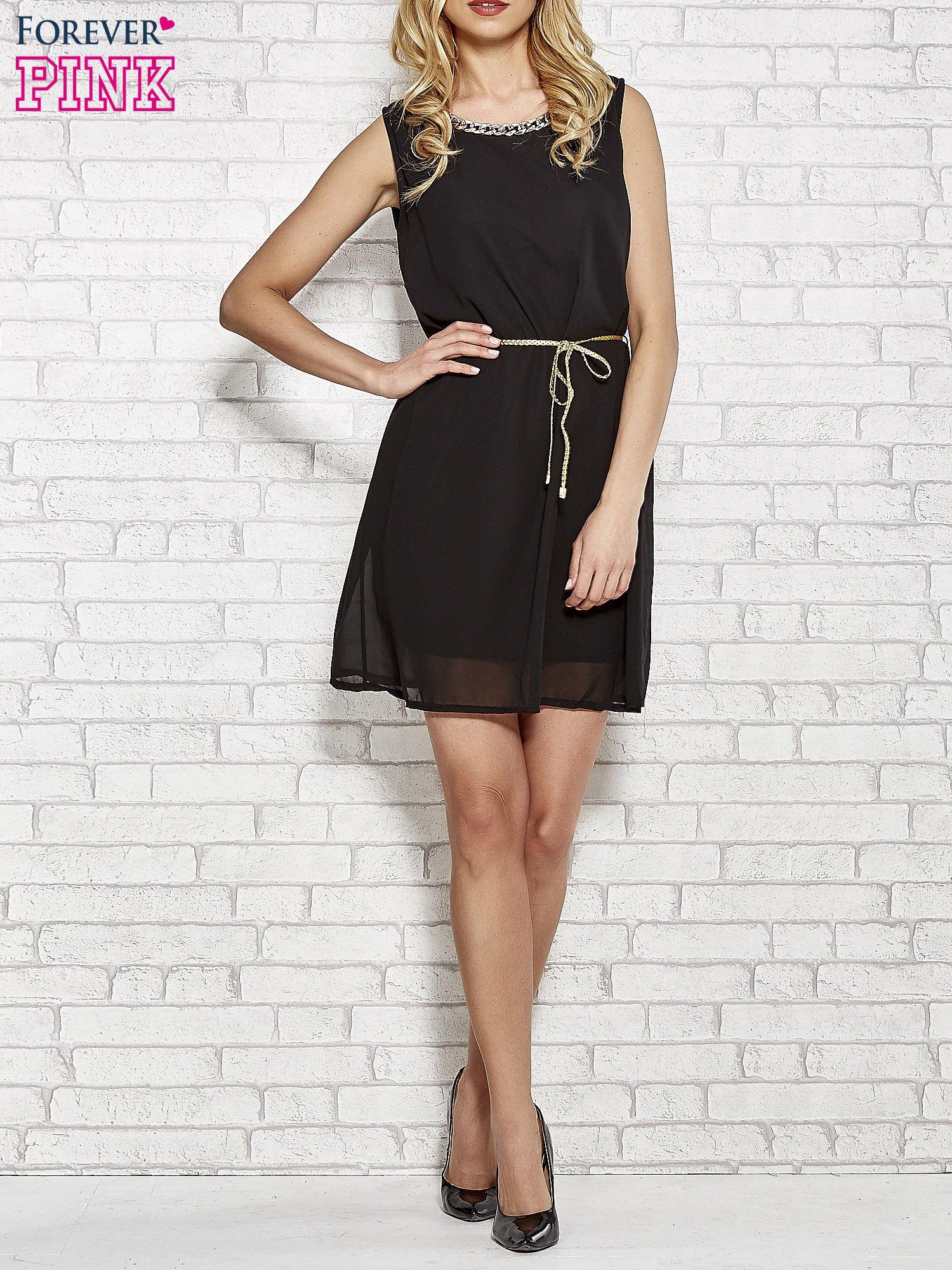 Czarna sukienka ze złotym łańcuszkiem przy dekolcie                                  zdj.                                  2
