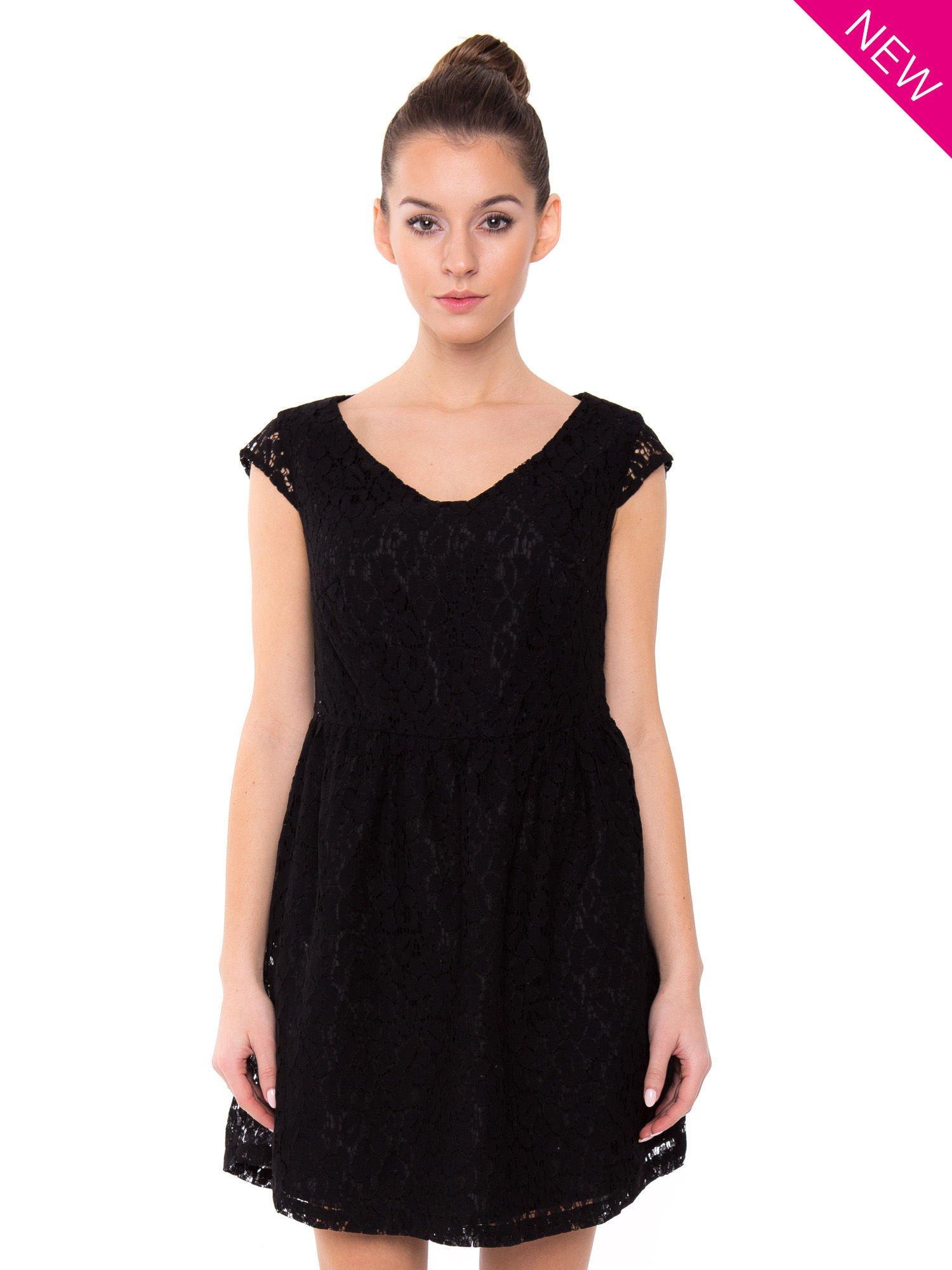 Czarna taliowana sukienka z koronki                                  zdj.                                  2