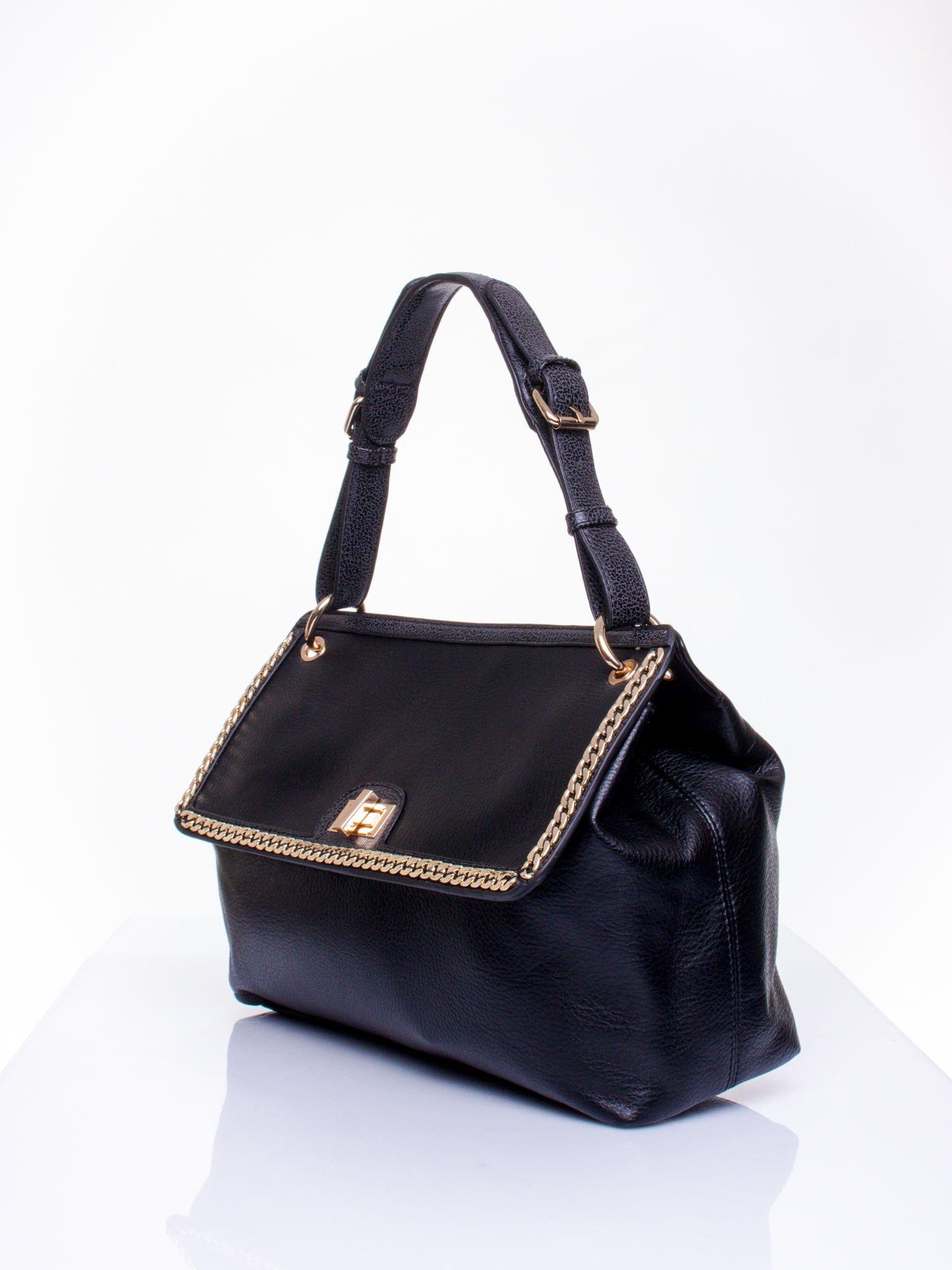 Czarna torebka kuferek ze złotym łańcuszkiem                                  zdj.                                  2