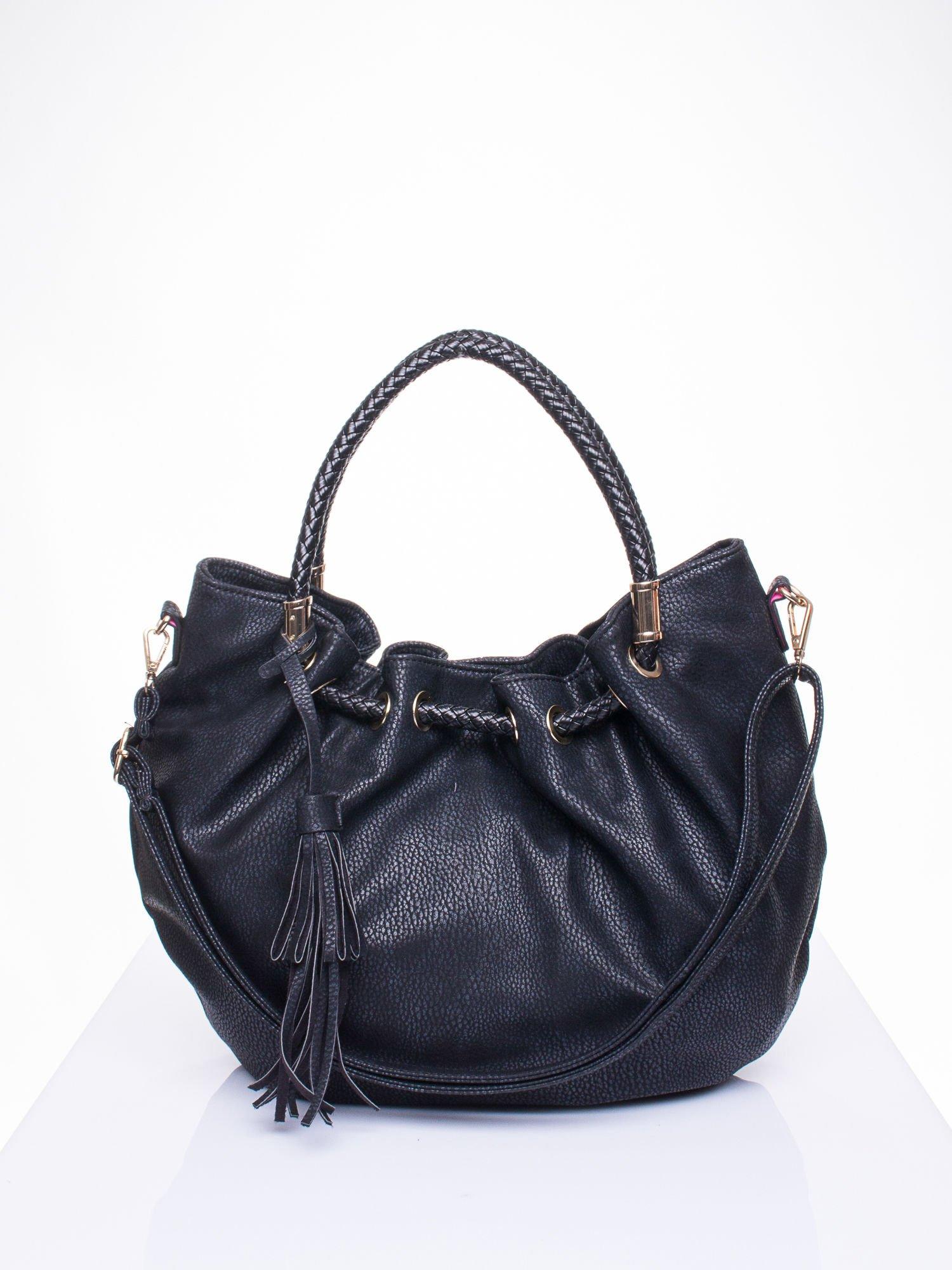 Czarna torebka z plecionymi uchwytami i frędzlami                                  zdj.                                  1